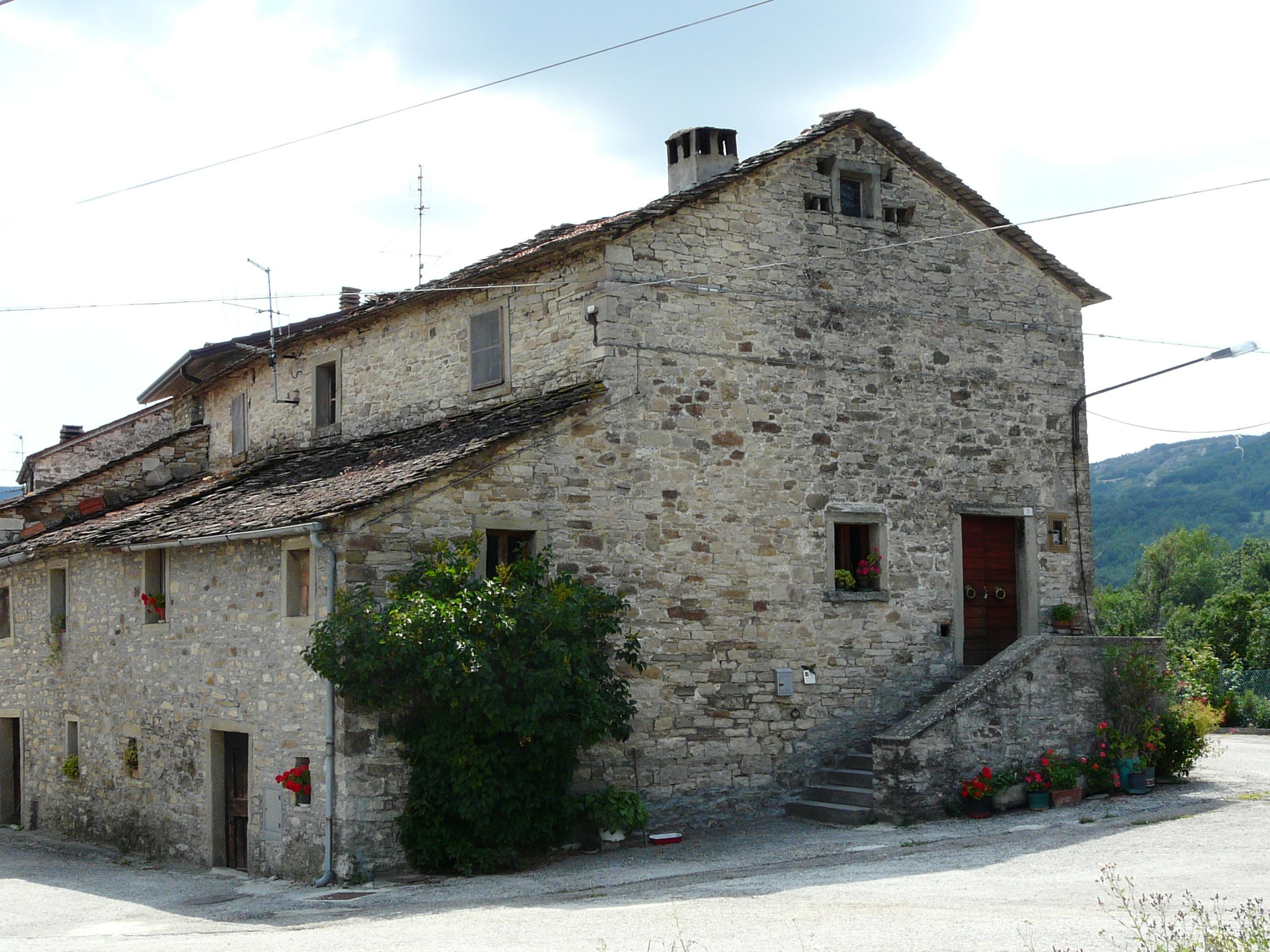 File casteldelci casa pietra poggio ancisa jpg for La pietra tradizionale casa santorini