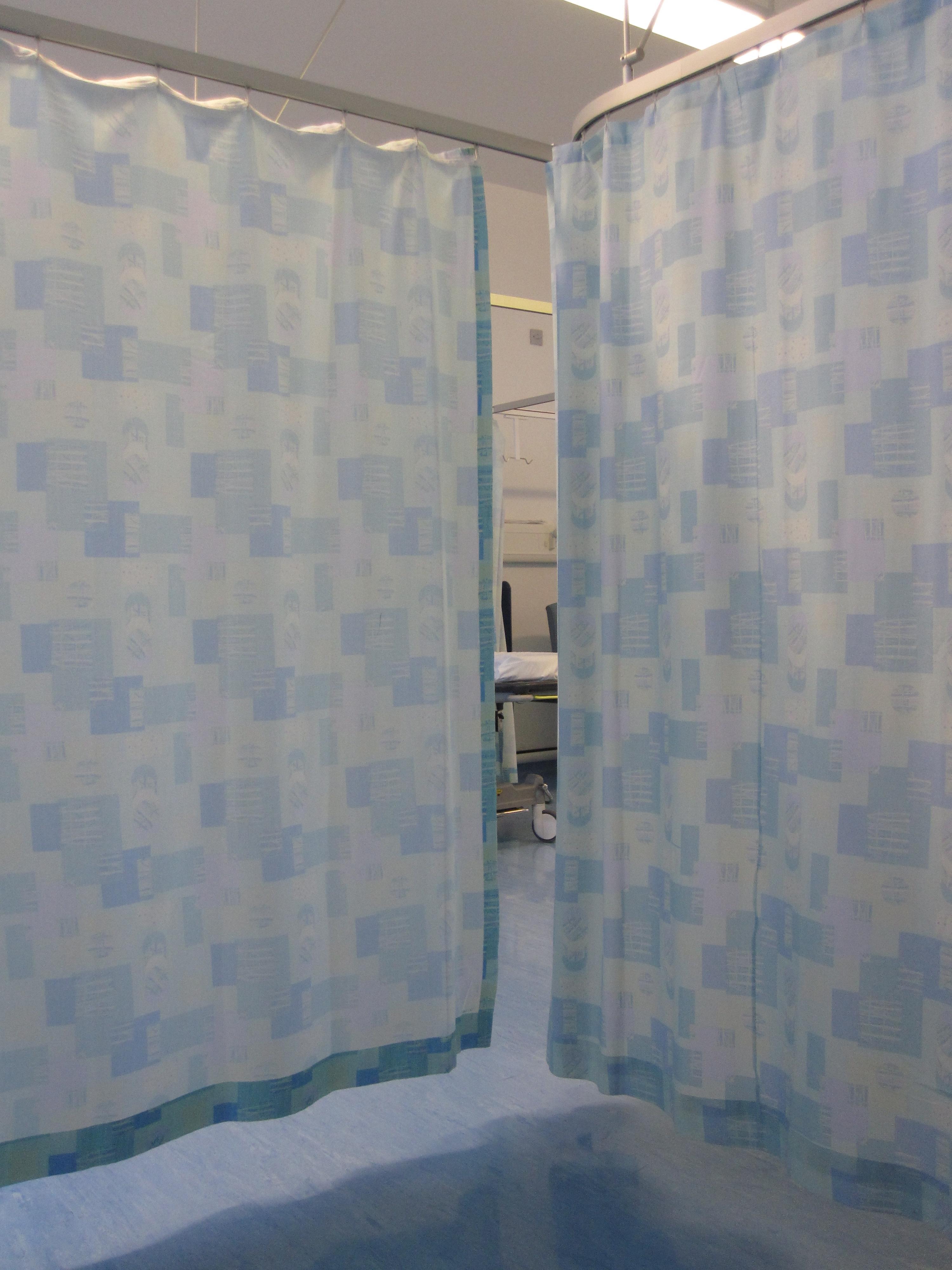 Untersuchungskabinen durch Vorhang abgeteilt im Krankenhaus - Quelle: Wikicommons