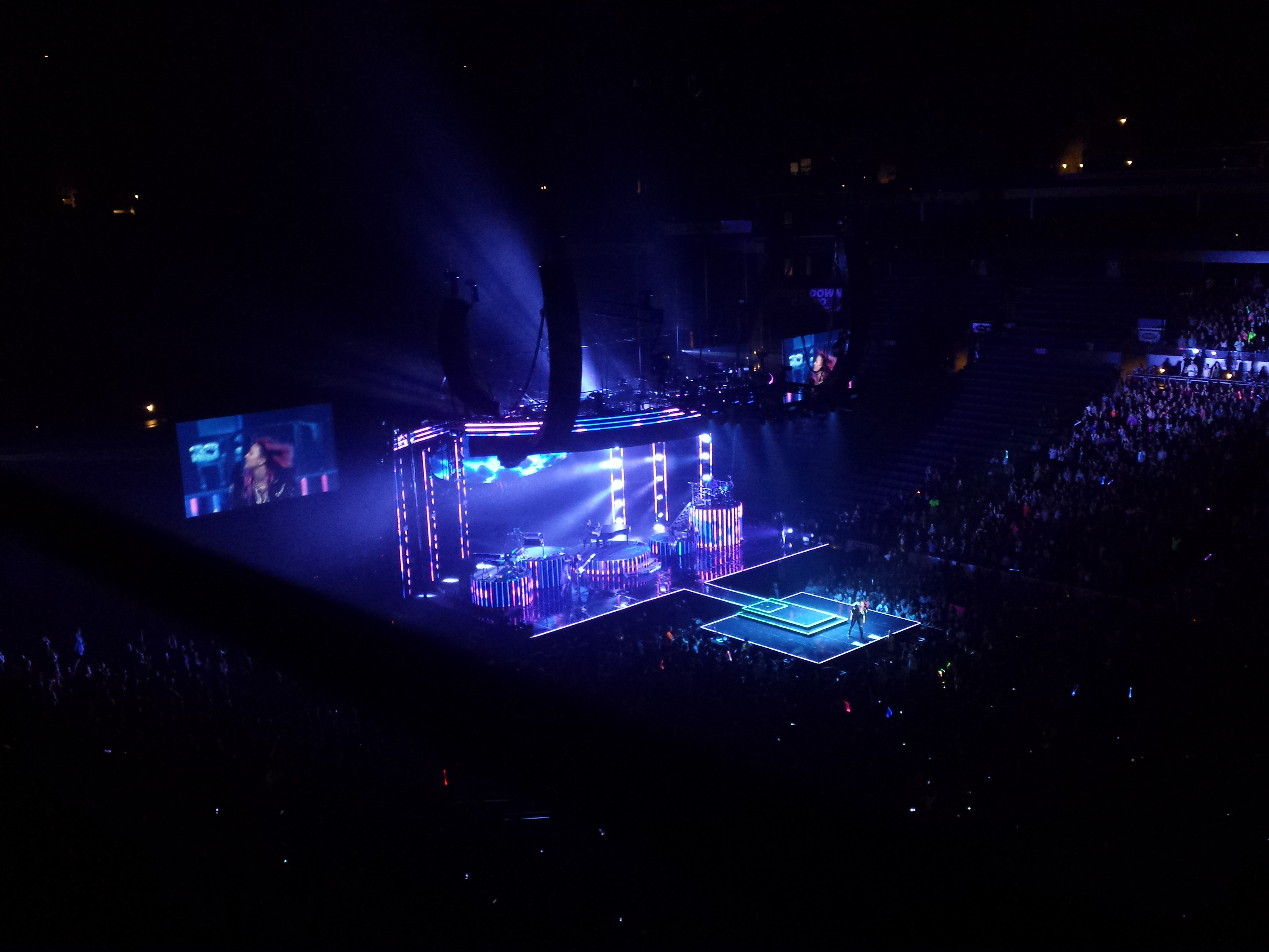 Tập tin:Demi Lovato at Nationwide Arena (Neon Lights Tour) 3.jpg