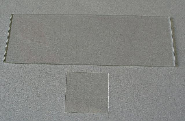 Podložné (hore) a krycie sklíčko (dole)