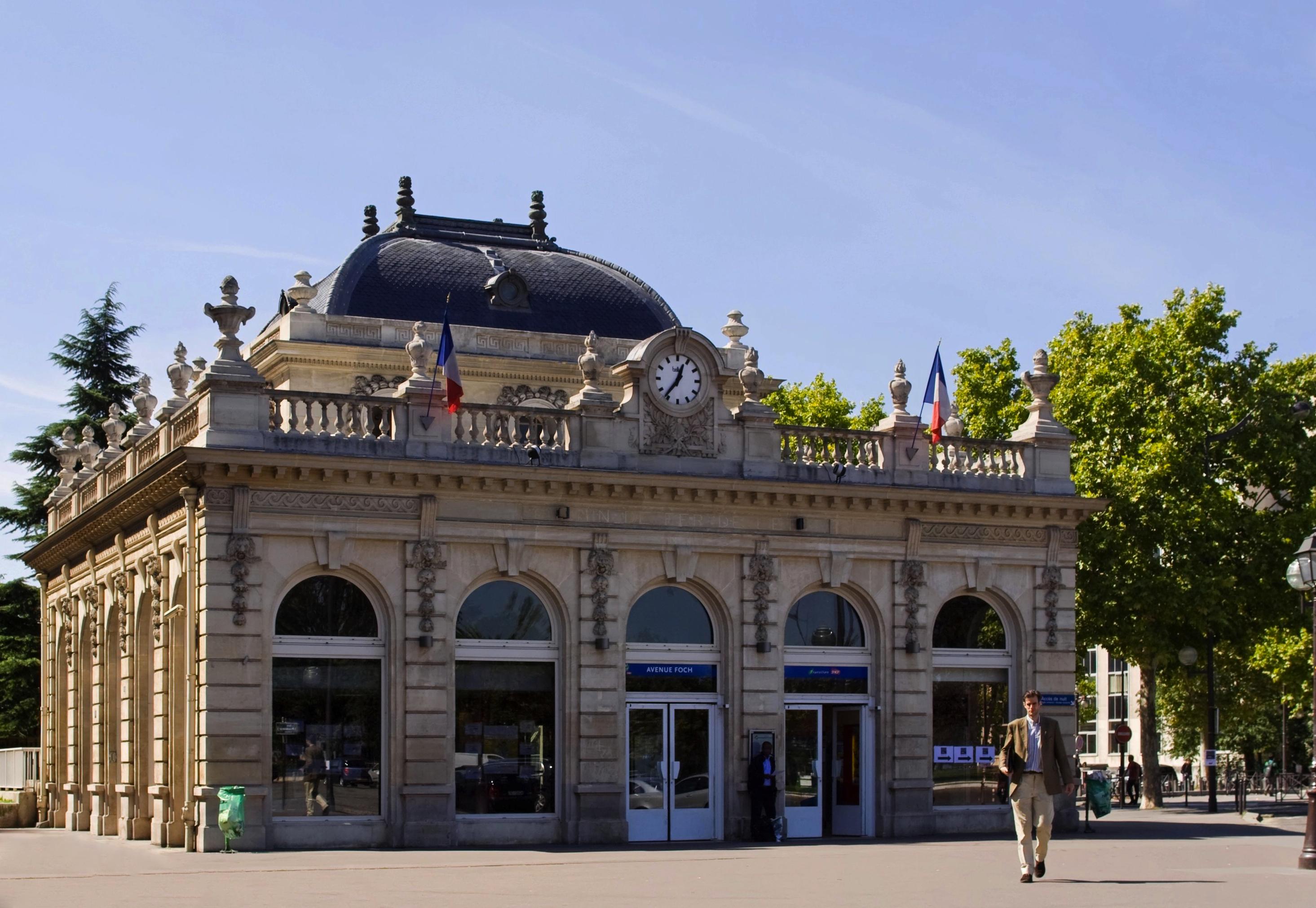 File:Gare de l\'avenue Foch 2 September 2010.jpg - Wikimedia Commons