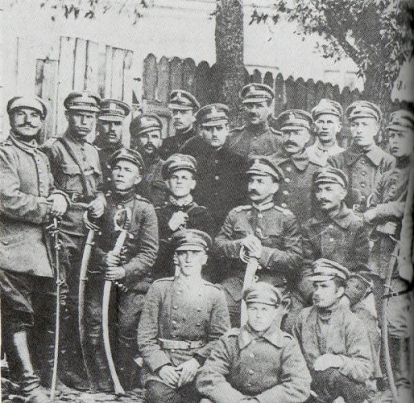 http://upload.wikimedia.org/wikipedia/commons/5/5f/Grupa_%C5%BCo%C5%82nierzy_Pu%C5%82ku_Jazdy_Tatarskiej_1919_rok.JPG