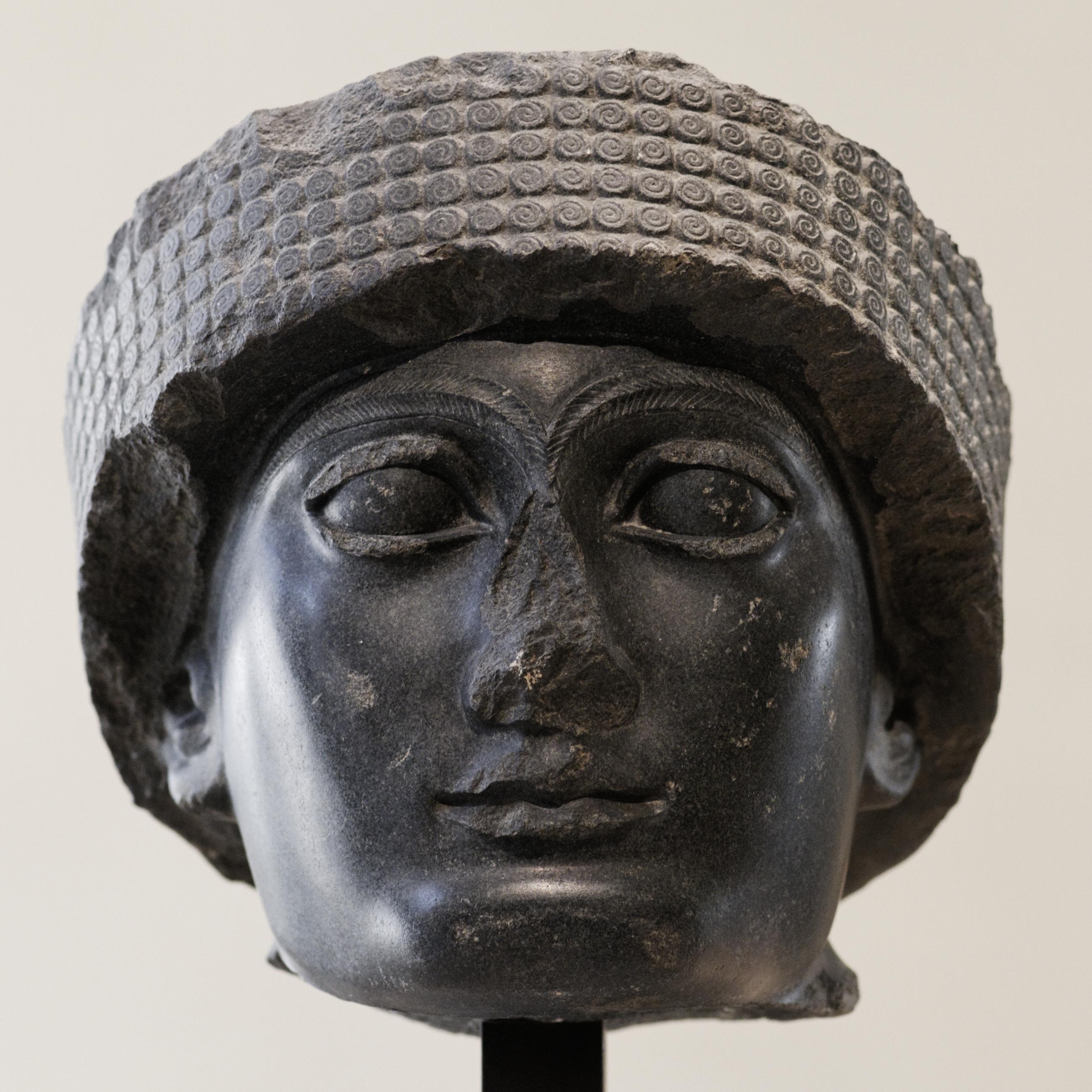Stilisierte runde Löckchen an der Kopfbedeckung von Gudea, des Prinzen von Lagaš (etwa 2120 v. Chr.)