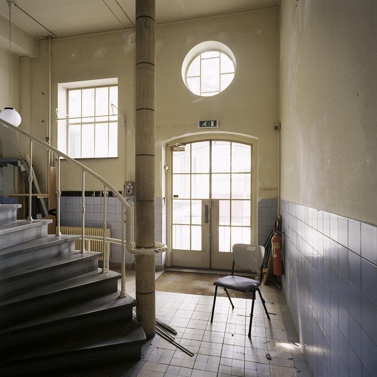 File interieur overzicht van de hal links achter met zicht op trap tilburg 20388685 - Interieur trap ...