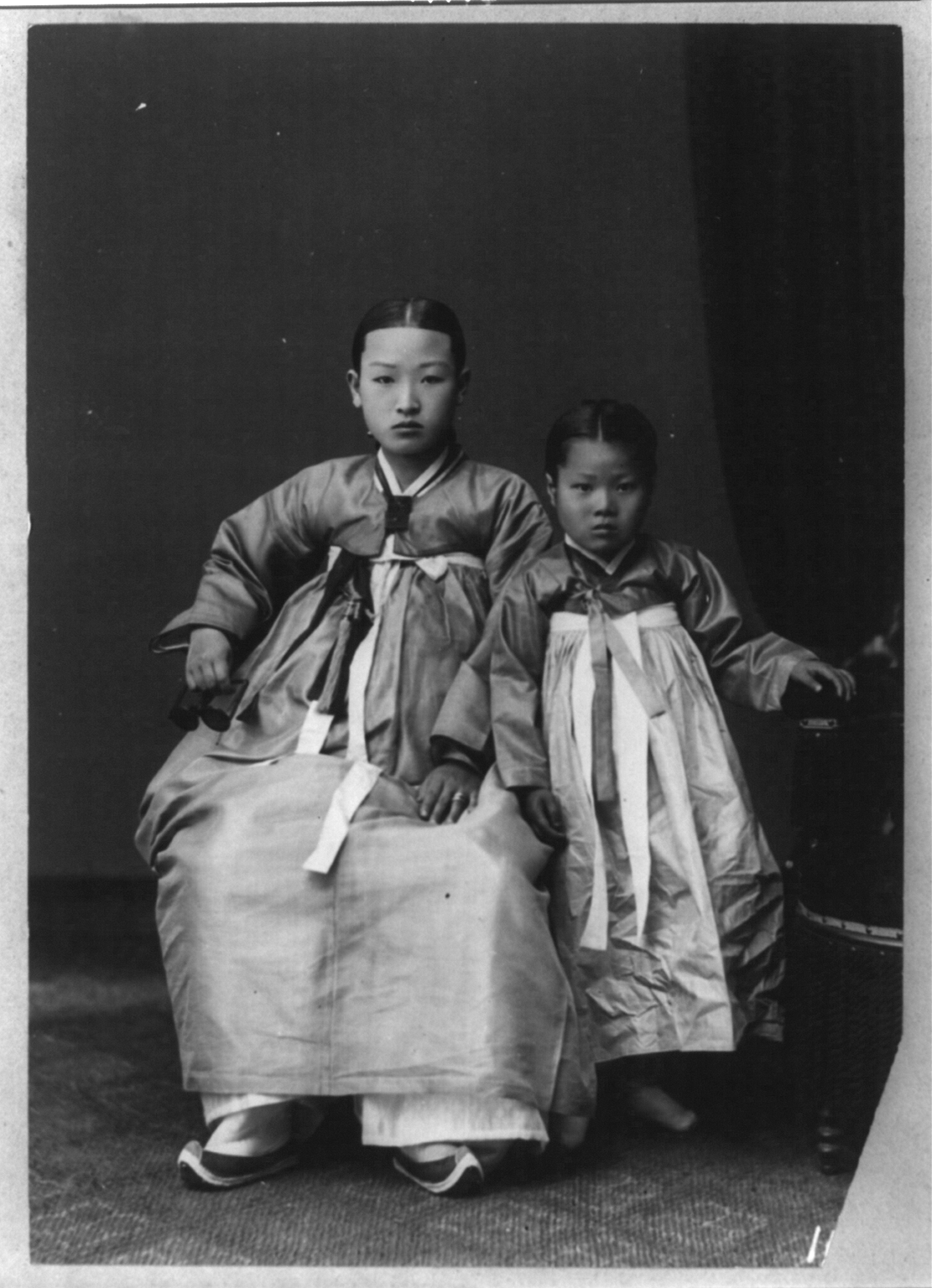 File Korean Woman And Her Daughter Png Wikimedia Commons
