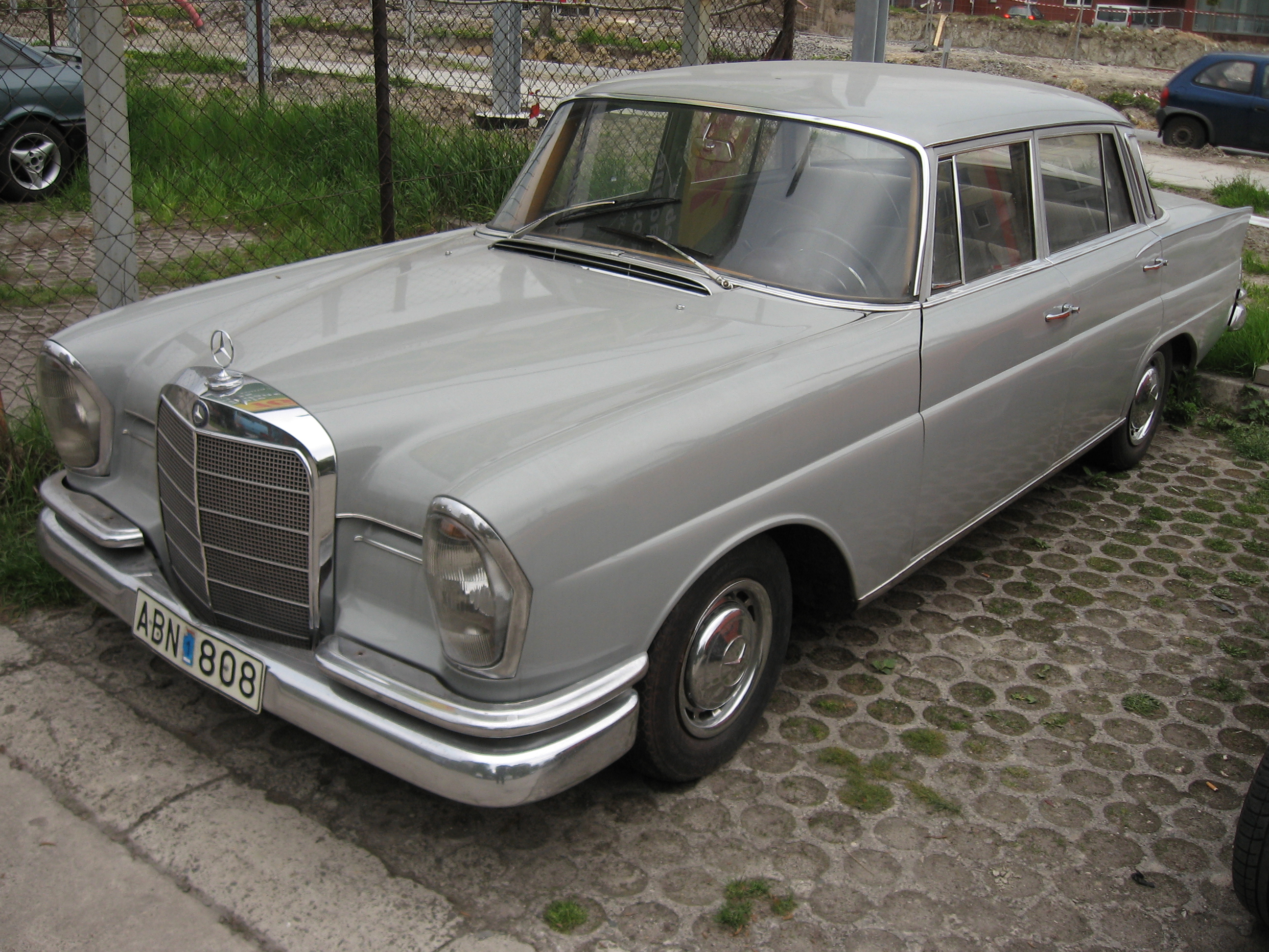 File mercedes benz 220 s on a parking lot in krak for Mercedes benz 220 s