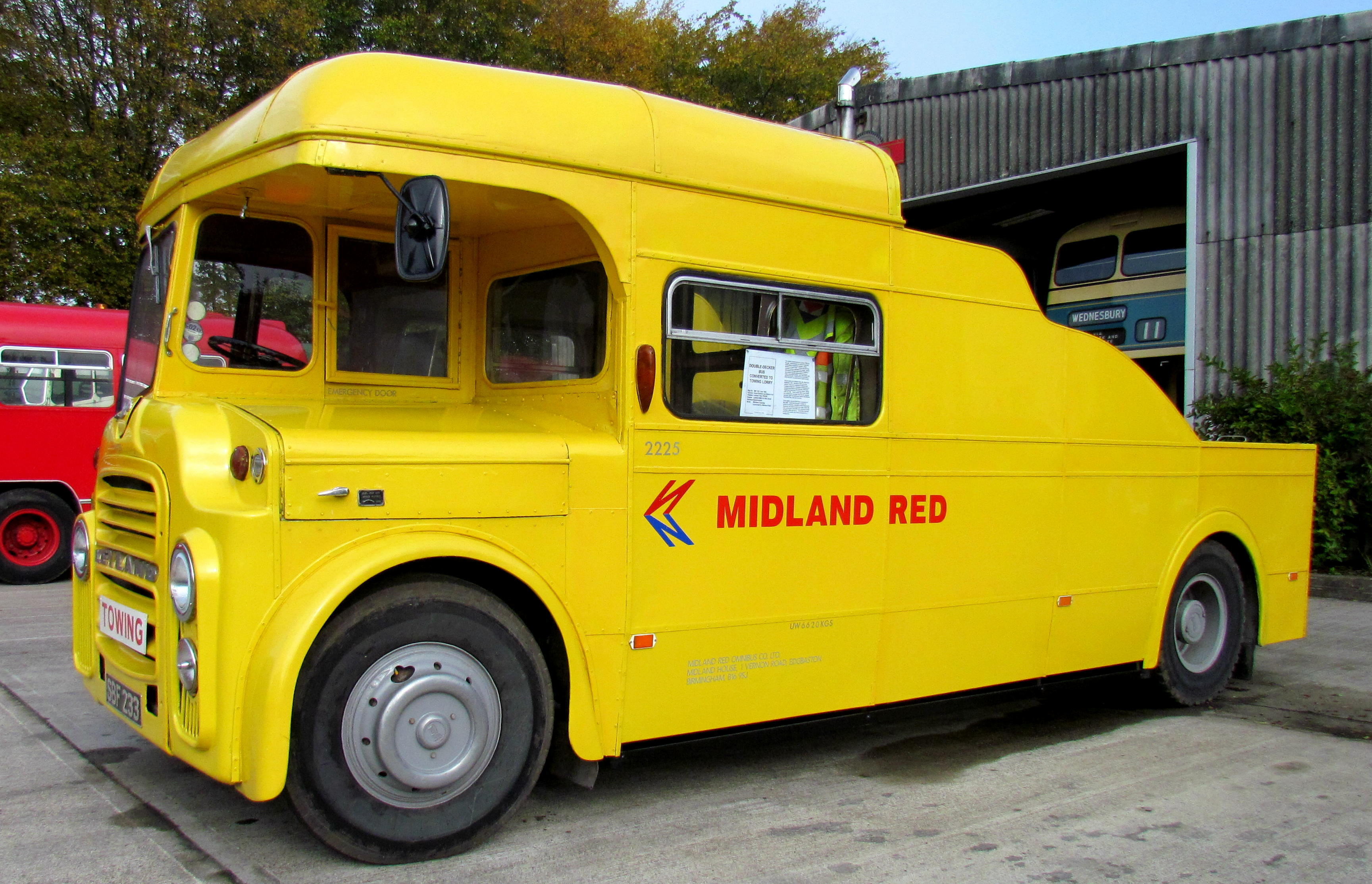 File:Midland Red towing vehicle 2225 (SBF 233), Wythall Transport Museum,