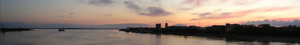 Вид с Северодвинского моста на Северную Двину. Слева — левый берег, в центре — Северная Двина, два высотных здания в центре — Северное морское пароходство и Здание проектных организаций