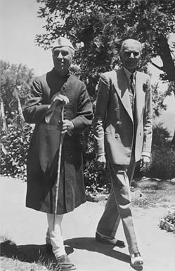 Jawaharlal Nehru and Mohammed Ali Jinnah walk together at Simla, 1946; public domain image courtesy of Wikimedia Commons.