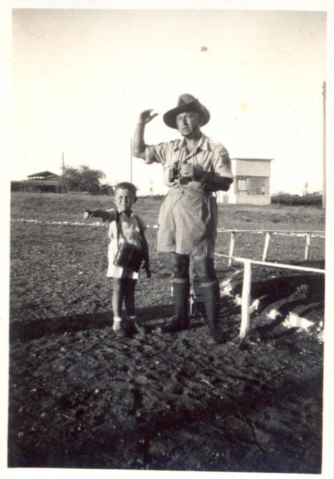נוטר עם ילד בשדות פתח-תקווה