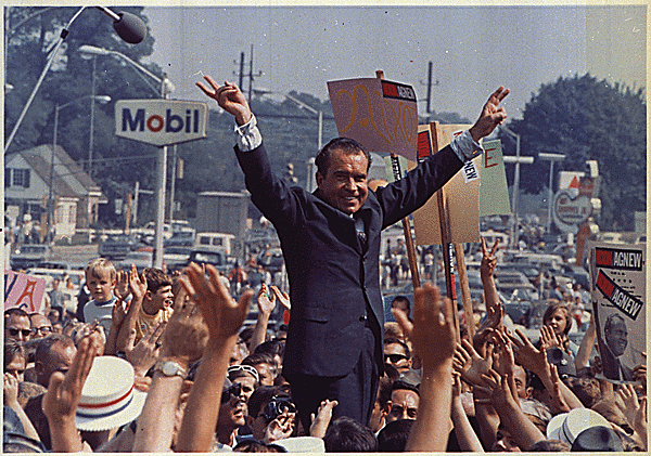 File:Richard Nixon campaign rally 1968.png