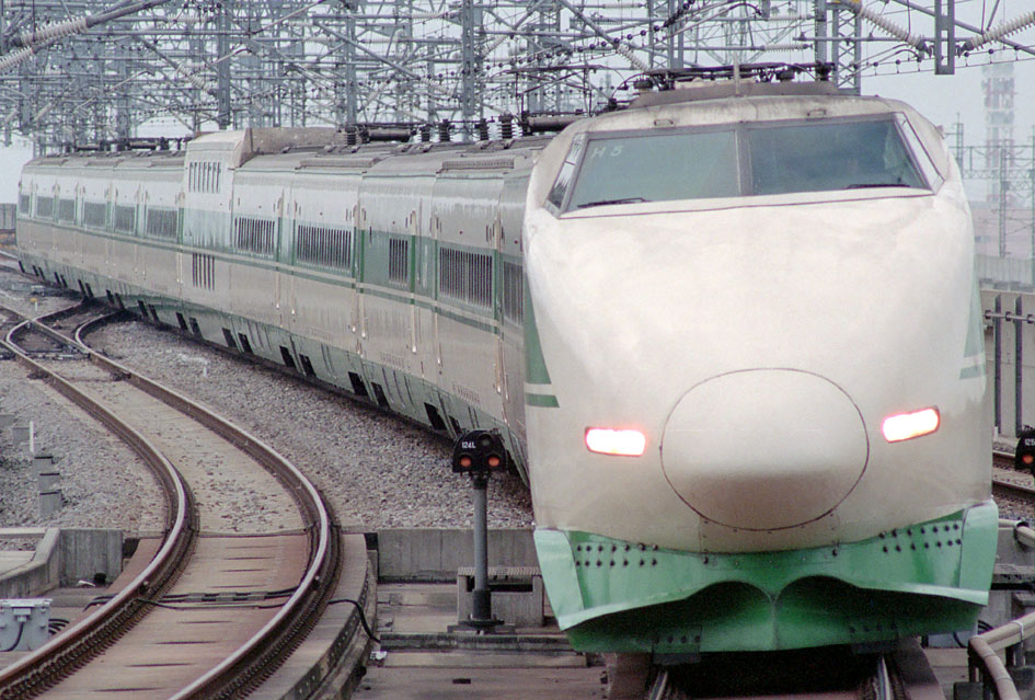 https://upload.wikimedia.org/wikipedia/commons/5/5f/Shinkansen_200kei_H5_13car.jpg
