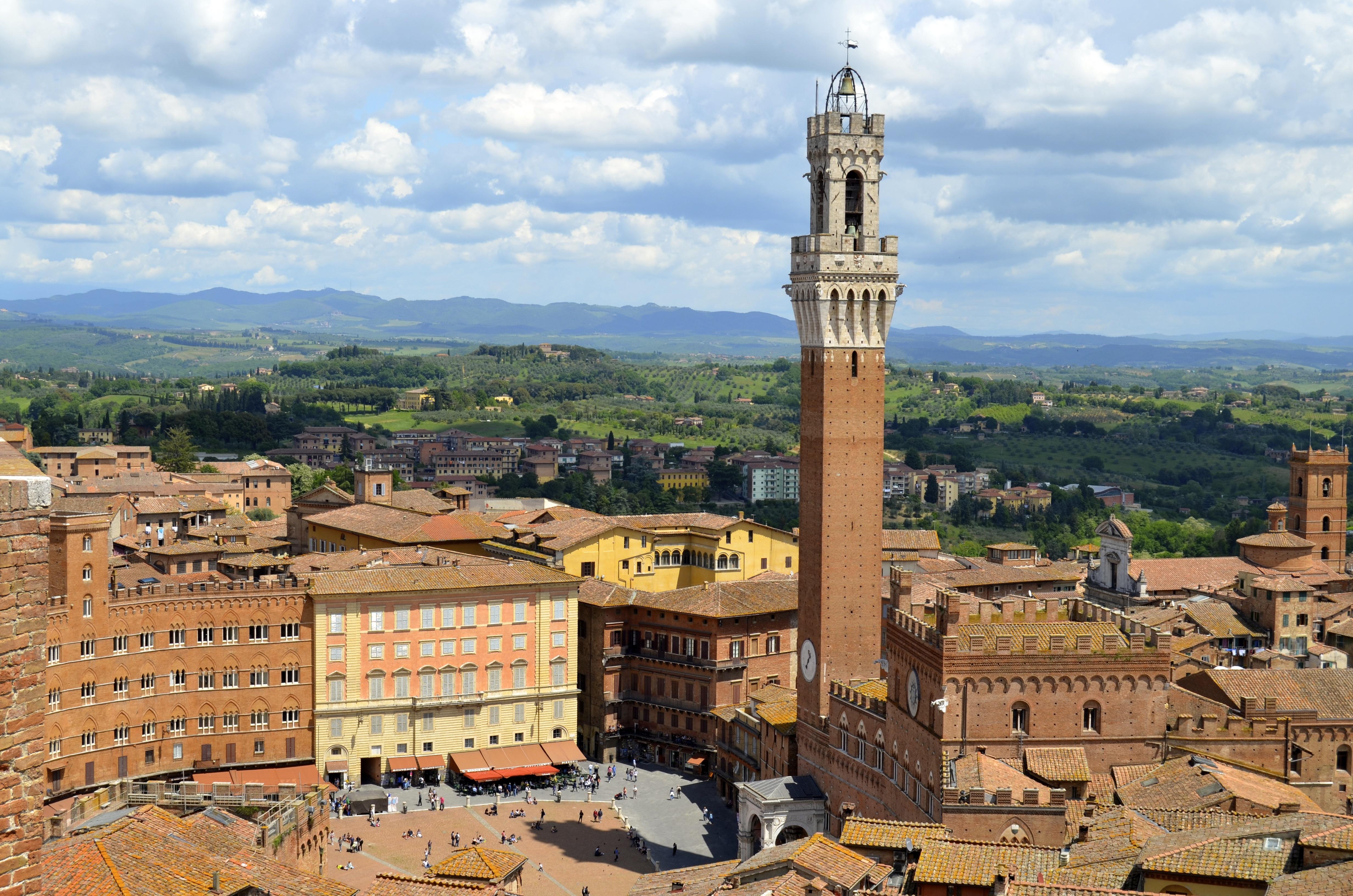 https://upload.wikimedia.org/wikipedia/commons/5/5f/Siena%2C_Tuscany%2C_Italy-12May2013.jpg