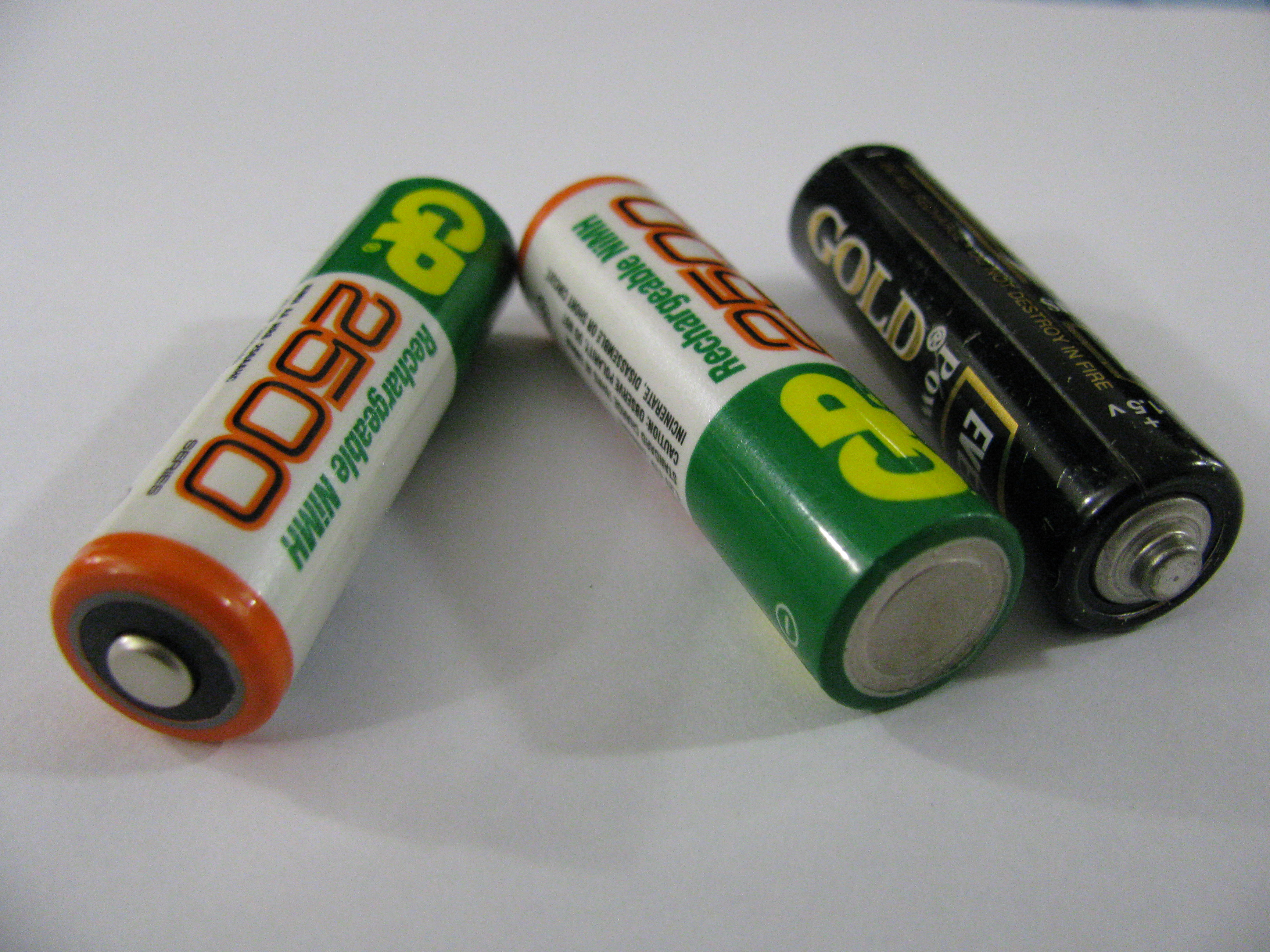 https://upload.wikimedia.org/wikipedia/commons/5/5f/Three_batteries.JPG