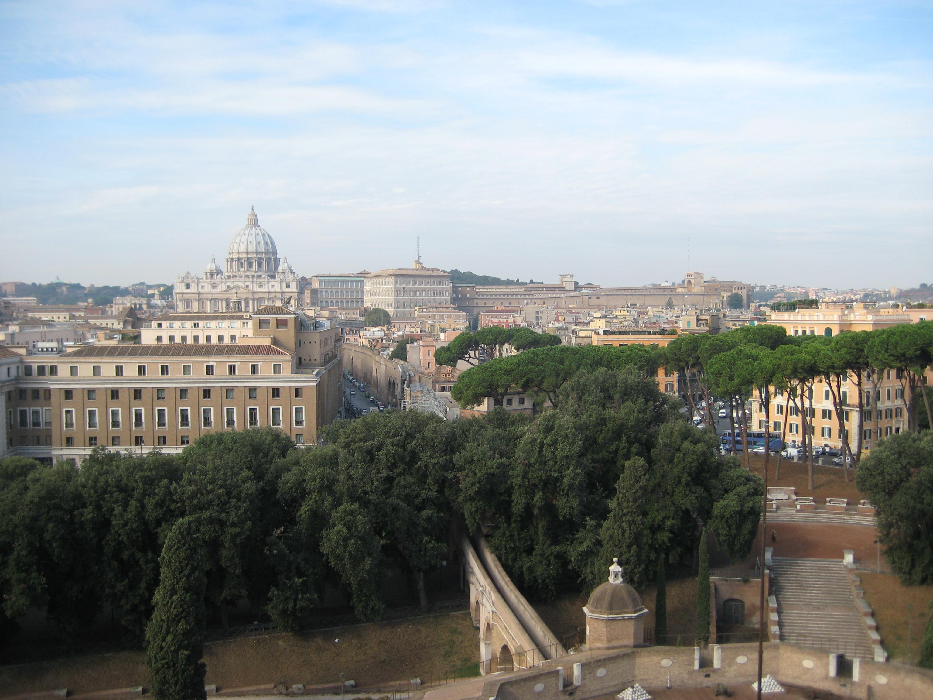 Petersdom, Apostolischer Palast und Vatikanische Museen von der Engelsburg aus.
