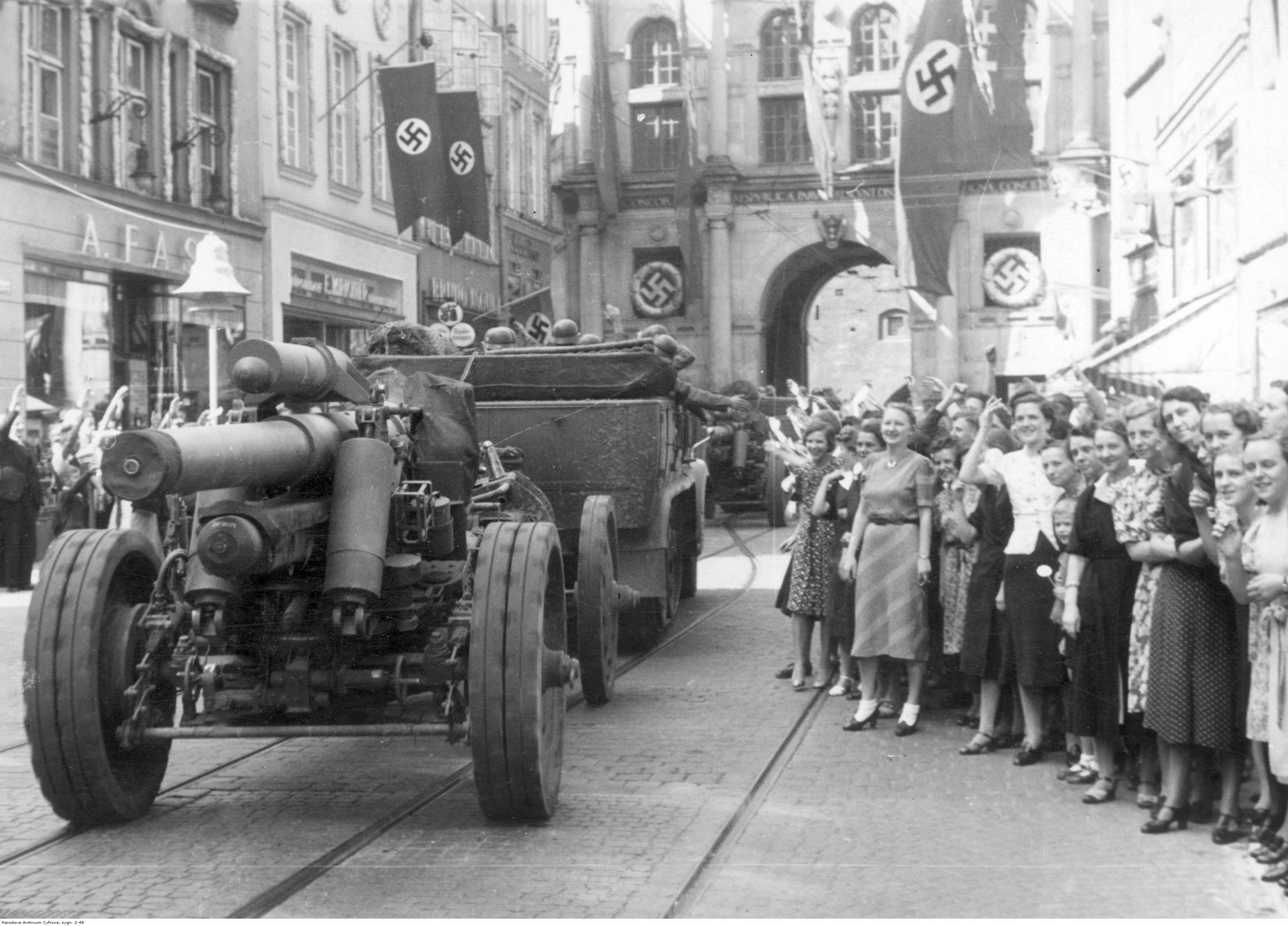 A população alemã de Gdańsk dá as boas-vindas ao exército alemão no Long Market. Canhão visível sFH 18 calibre 150 mm.
