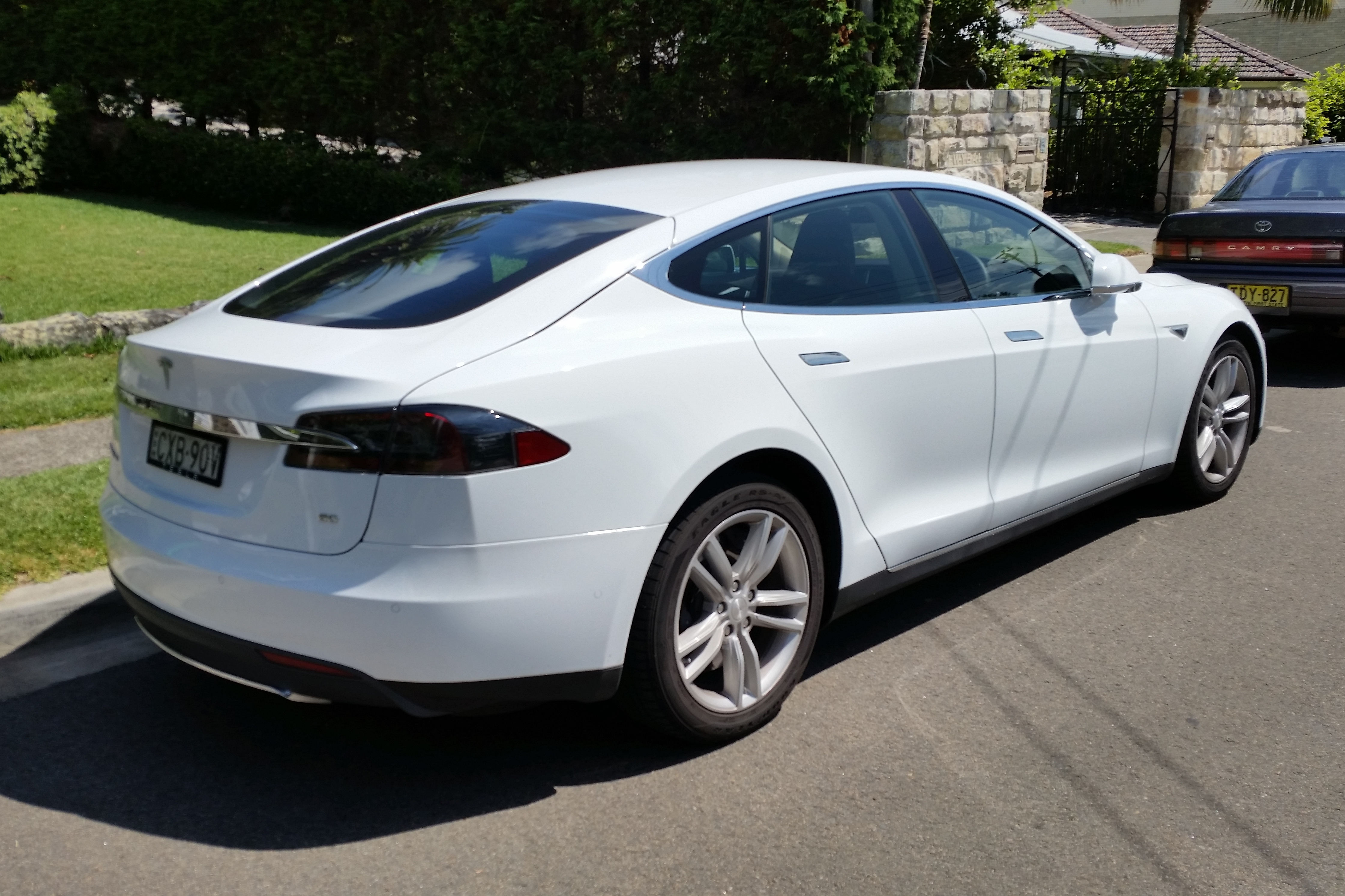 File:2015 Tesla Model S 60 hatchback (25478501990).jpg - Wikimedia ...