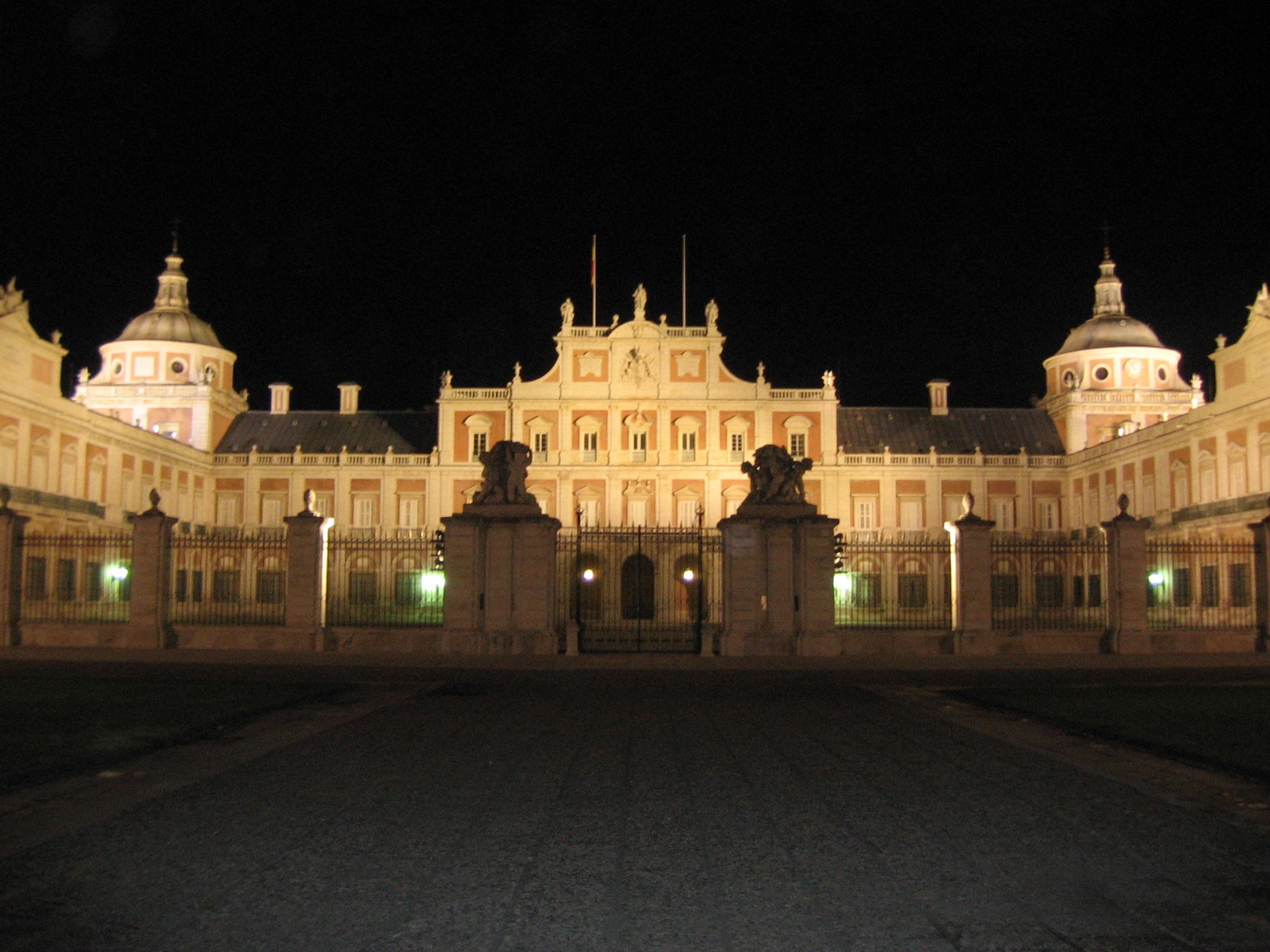 http://upload.wikimedia.org/wikipedia/commons/6/60/Aranjuez_Palacio_De_Noche.jpg