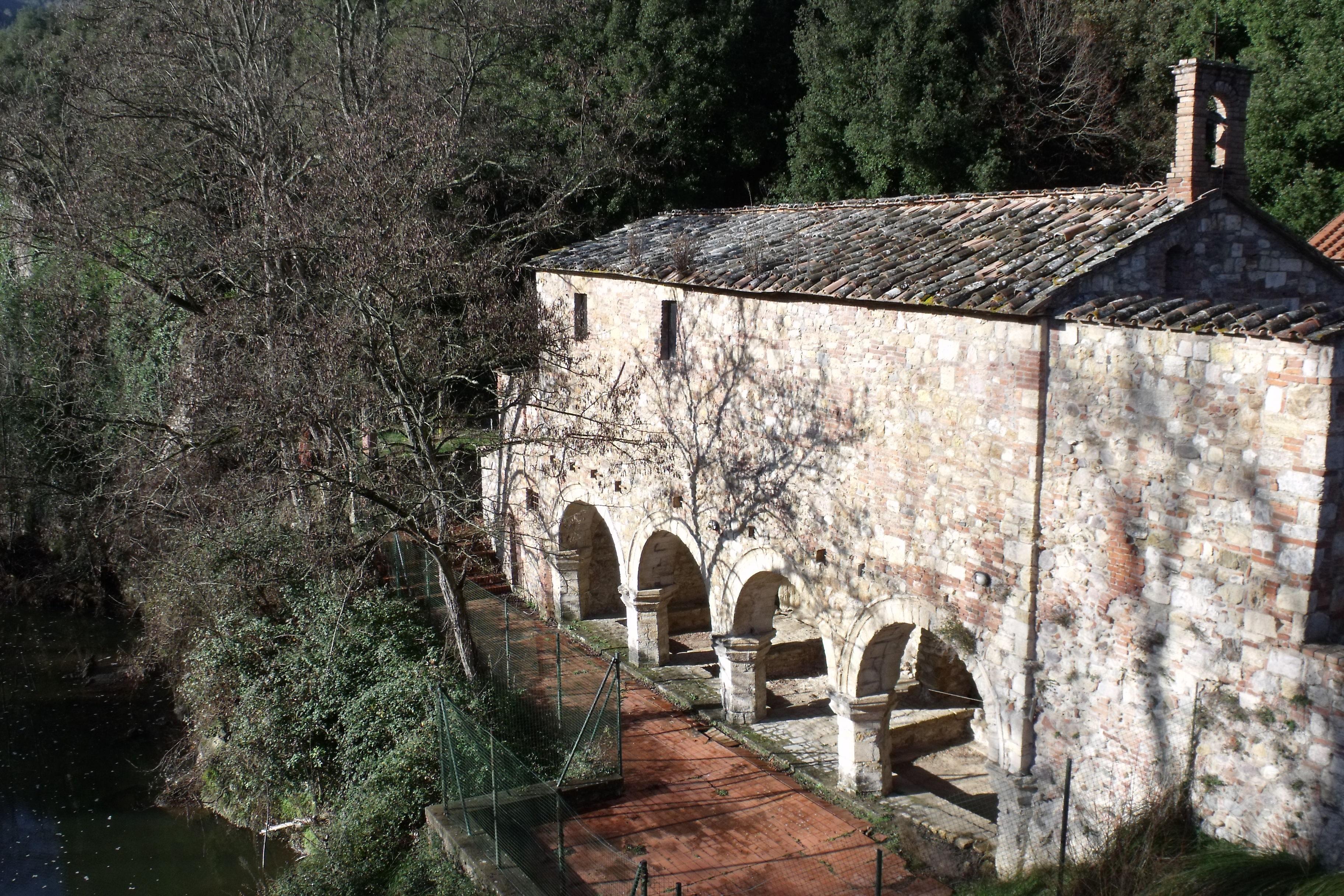 Monticiano | Le Terme di Petriolo, terme medievali e la soprastante chiesetta