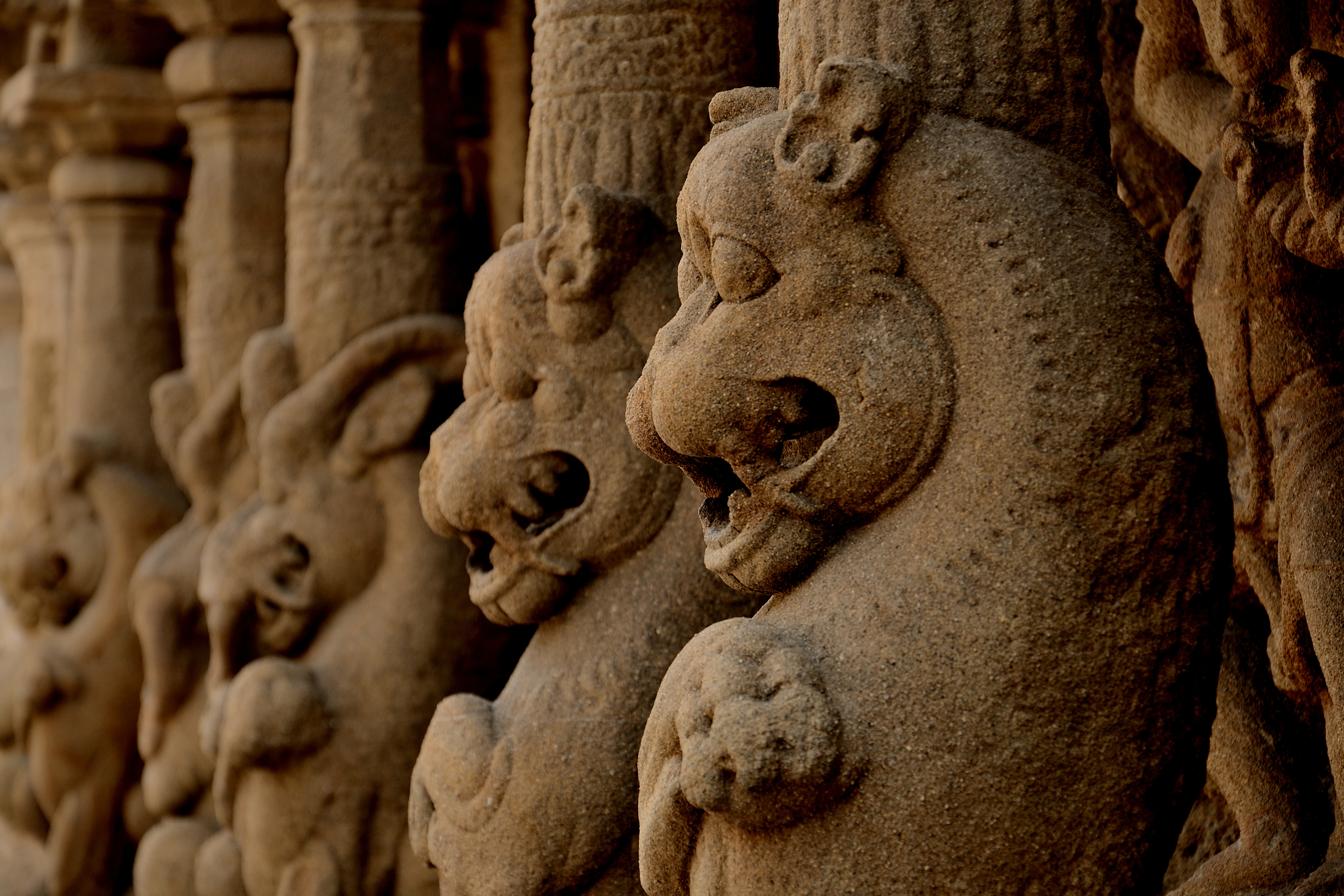 File:Beautifully carved inner wall of Kanchi Kailasanathar Temple ...