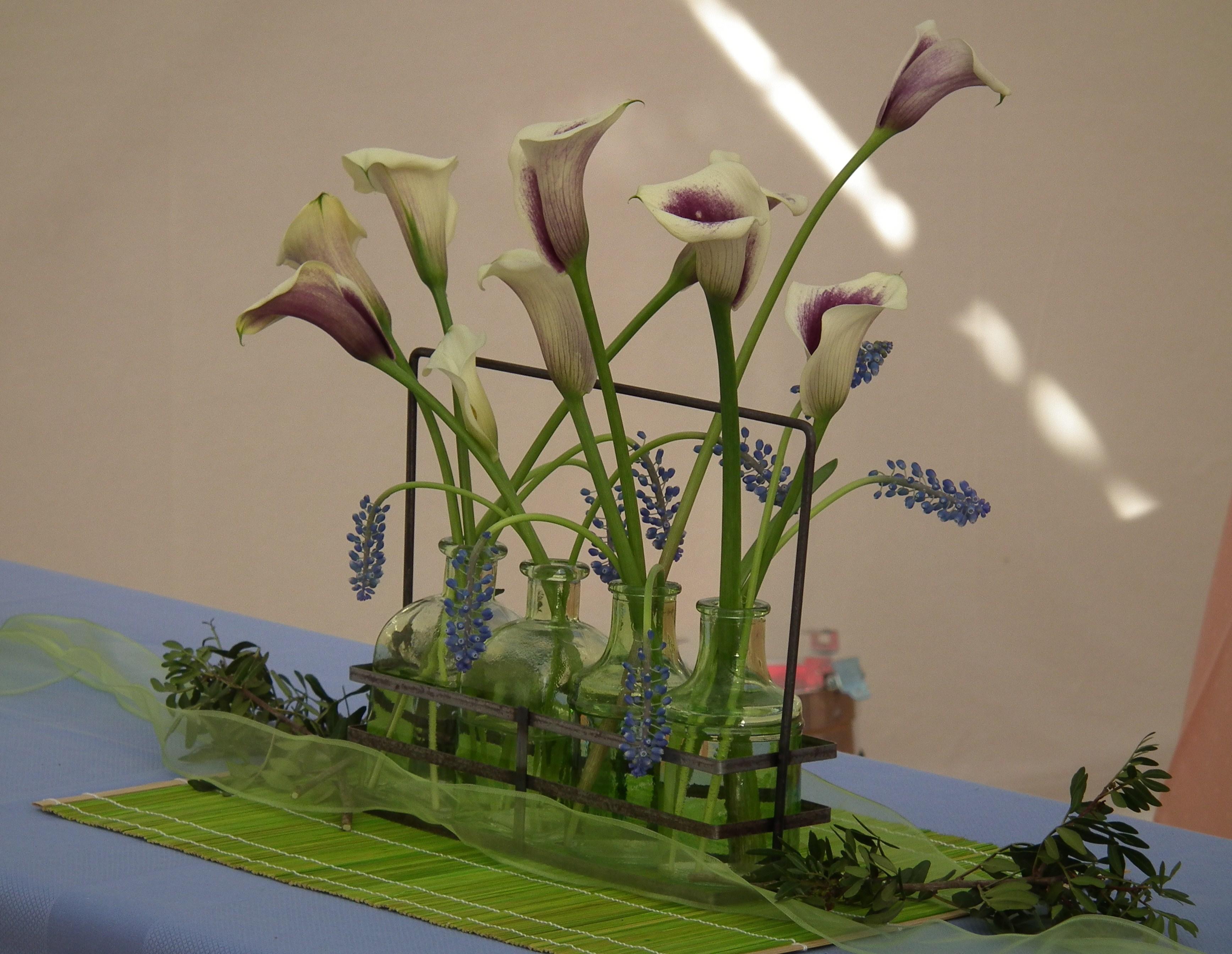 File Blumendekoration mit Callas JPG Wikimedia mons