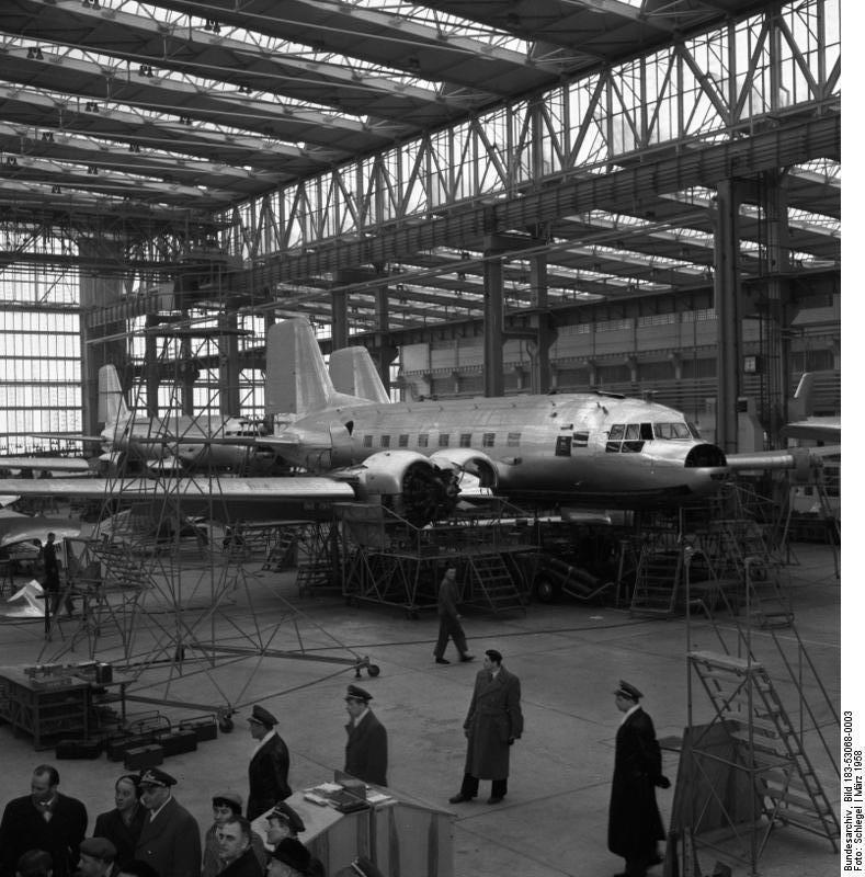 Bundesarchiv Bild 183-53068-0003, Flugzeugwerk Dresden, Montagehalle, IL-14.jpg