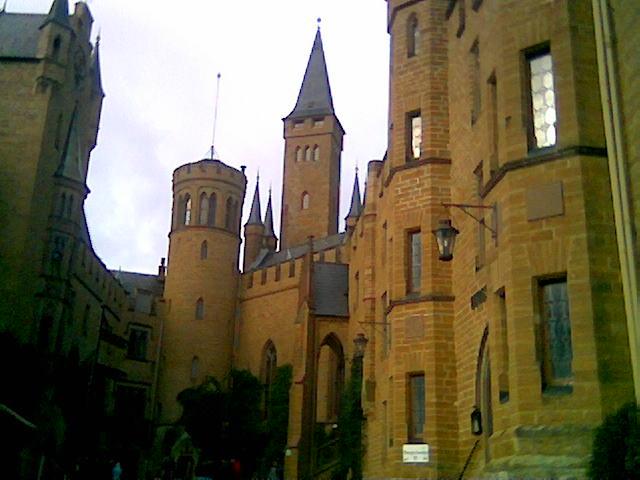 Burg Hohenzollern Pohled z nadvori zapadnim smerem