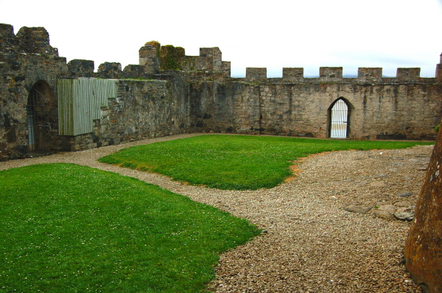File:Doe Castle - View of NE and SE interior walls - geograph.org.uk - 1184703.jpg