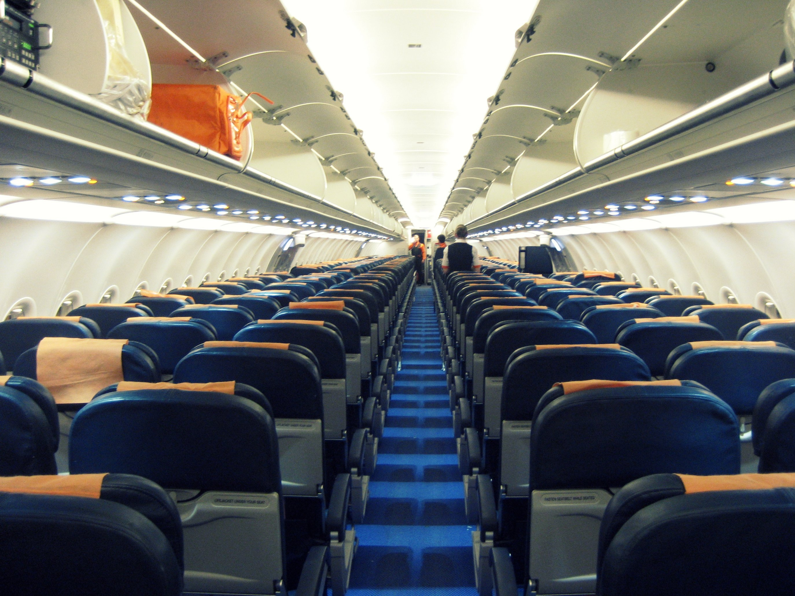 File easyjet a321 cabin g wikimedia commons for Interieur avion ryanair
