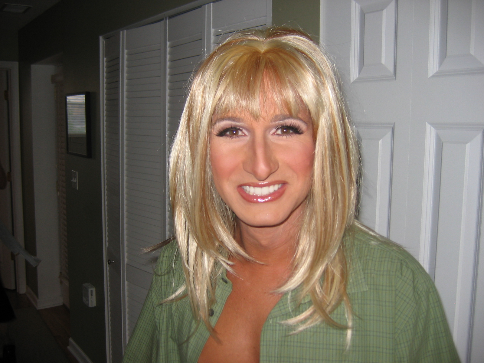 fileflickr blonde wigged man crossdressingjpg ��������������������