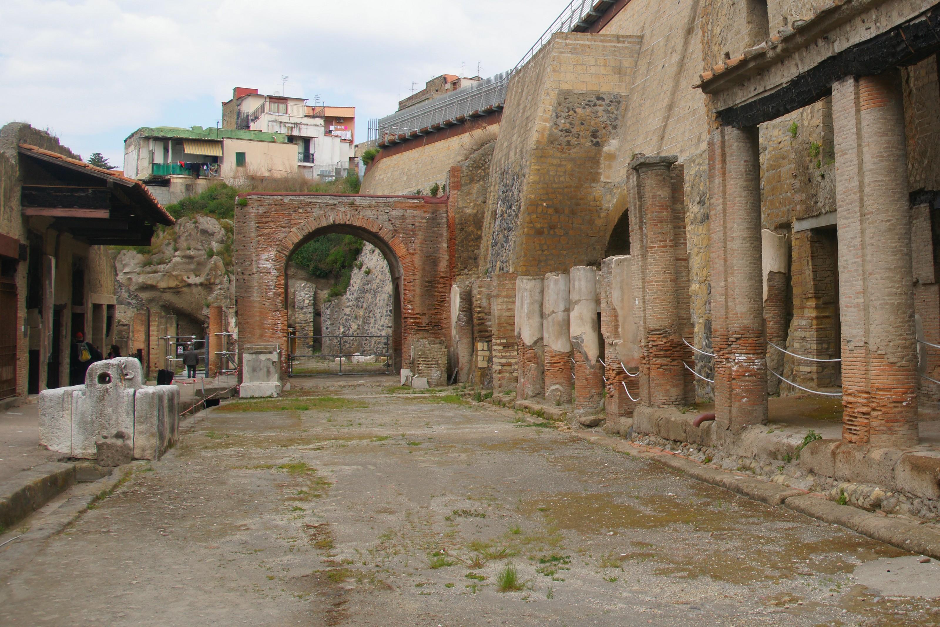 File Herculaneum Decumanus Maximus Jpg Wikimedia Commons