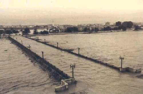 File:Historia30-valencia - Valencia anegada por la riada de 1957.jpg