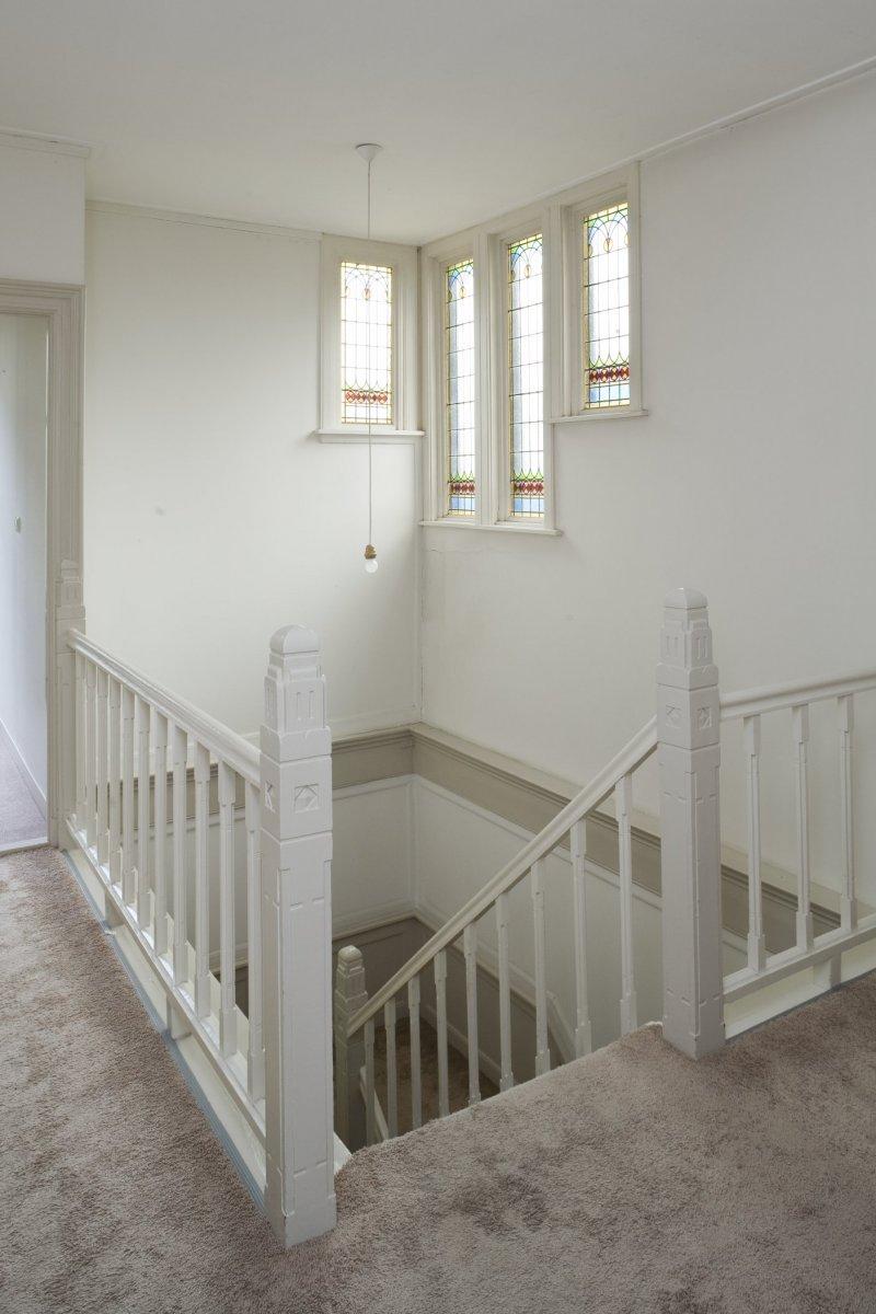 File interieur trap op de eerste verdieping met trappaal en leuning en bordeshek - Interieur trap ...