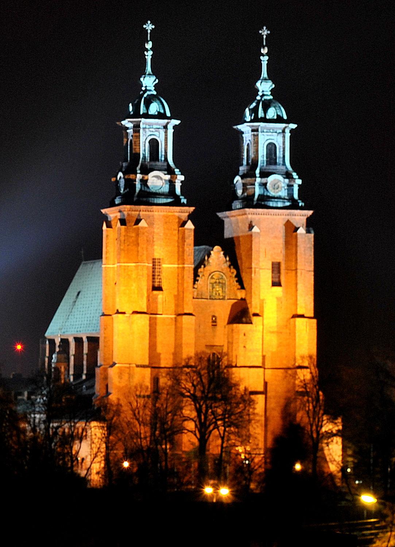 Katedra Gnieźnieńska nocą.JPG