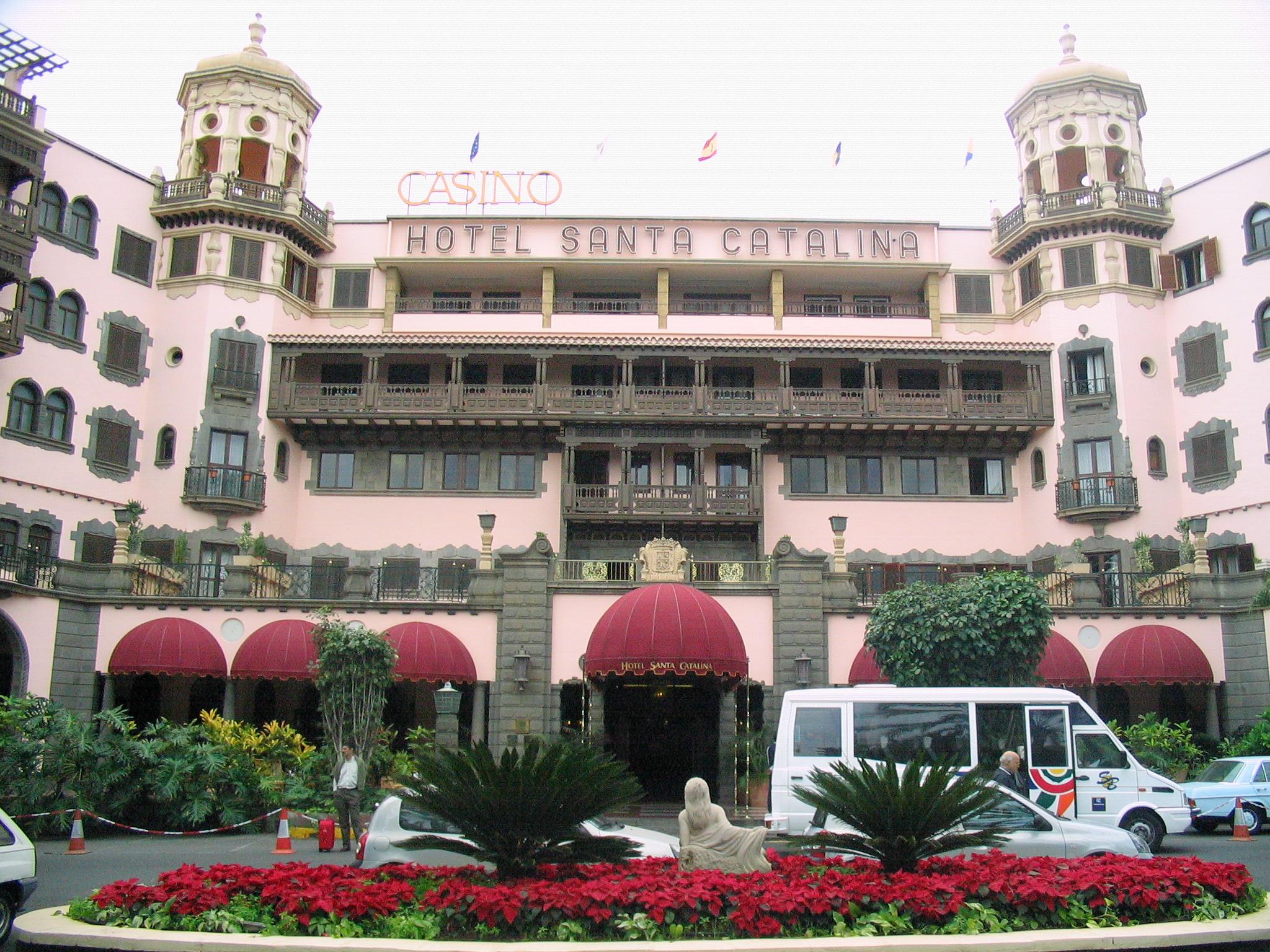 Entrada principal y fachada del Hotel Santa Catalina