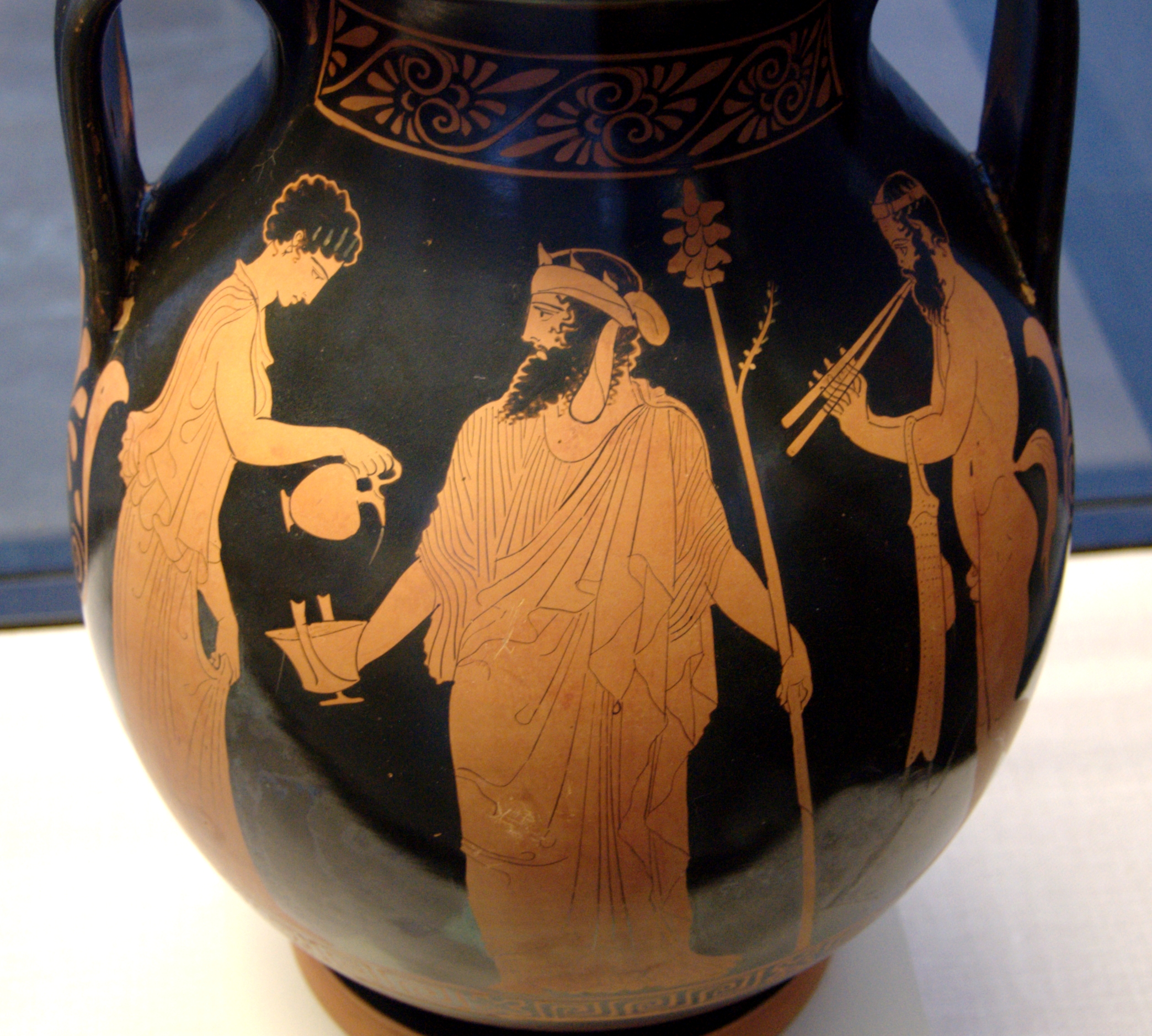 https://upload.wikimedia.org/wikipedia/commons/6/60/Libation_Dionysos_Staatliche_Antikensammlungen_2359.jpg