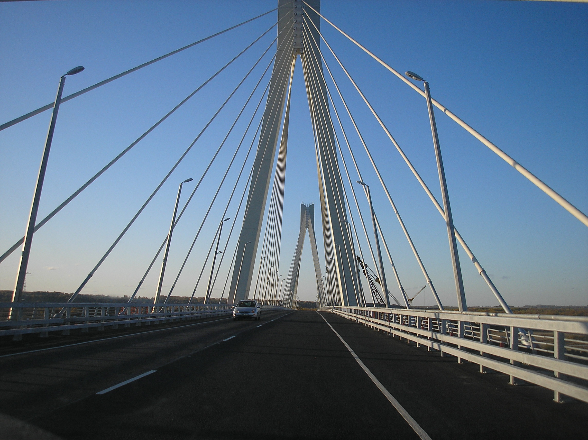 https://upload.wikimedia.org/wikipedia/commons/6/60/Murom_bridge_2009.JPG