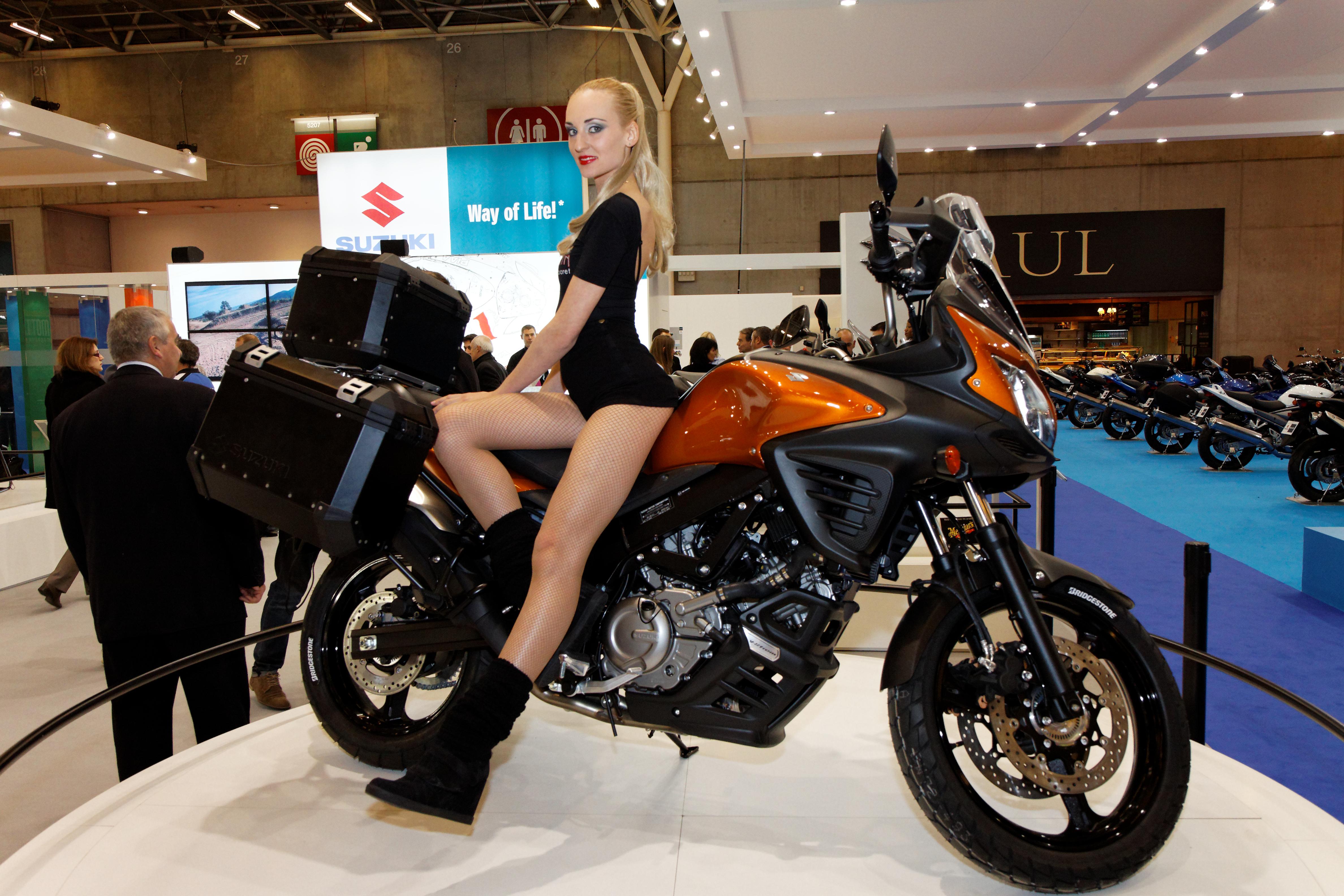 File paris salon de la moto 2011 suzuki hotesse sur for Hotesse salon moto