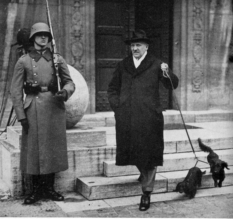 Schleicher im Februar 1933 am Eingang zu seiner Dienstwohnung im Reichswehrministerium