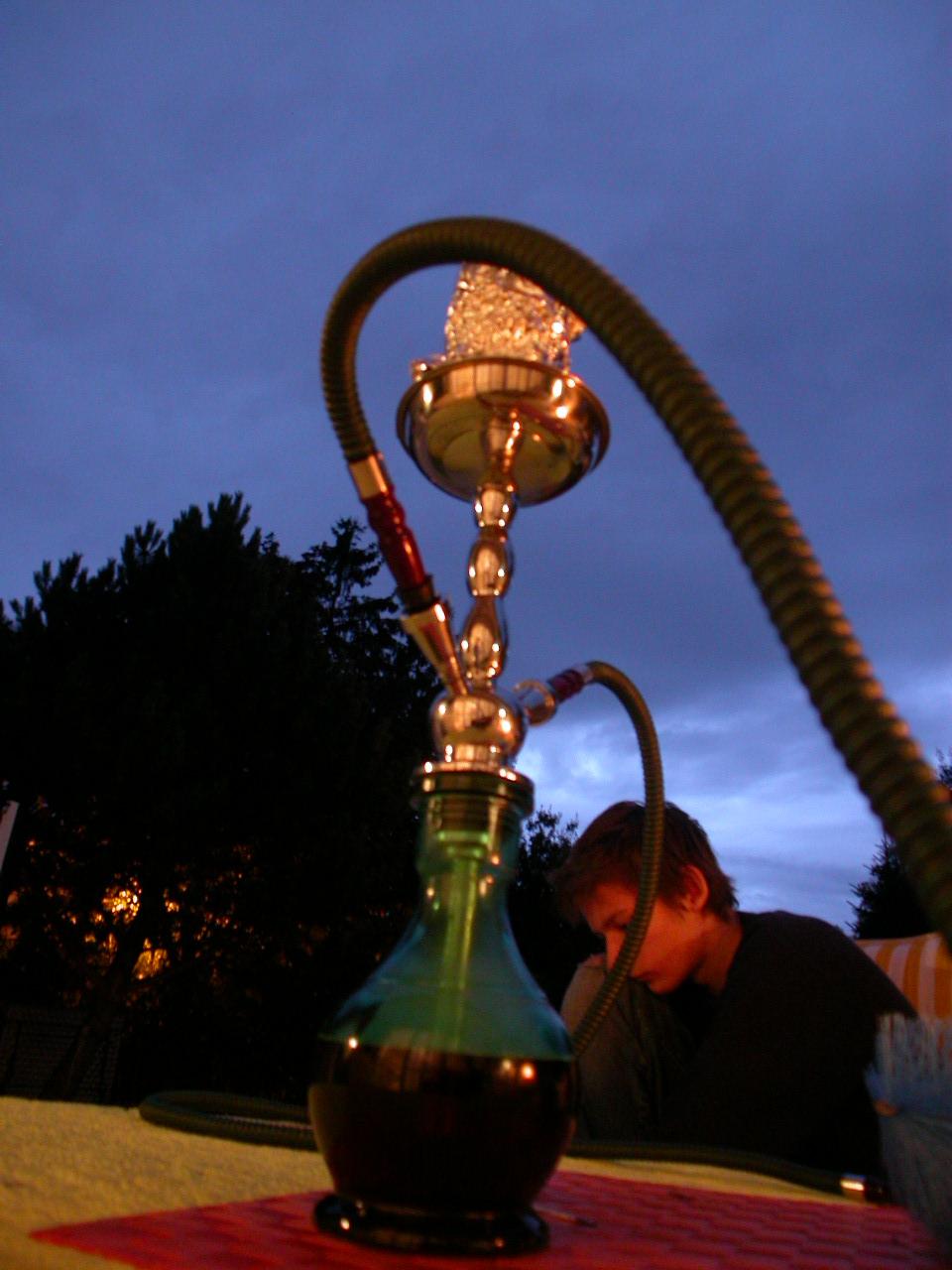 Kouření vodní dýmky je rituální ale škodlivou záležitostí, Zdroj: http://commons.wikimedia.org/