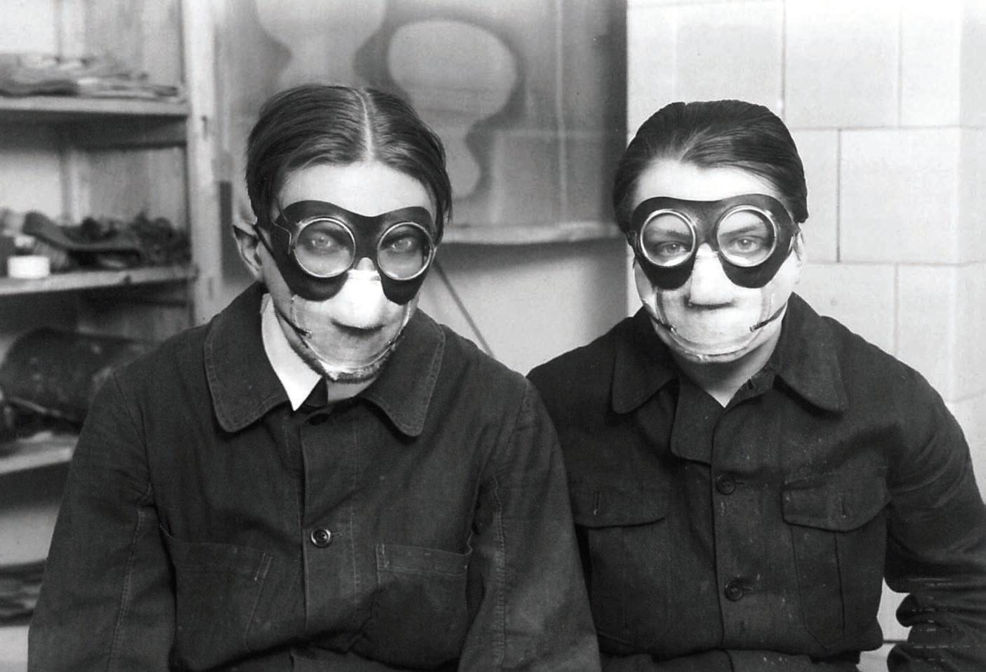 """Jindřich Štyrský a Toyen v maskách pri práci s """"Deka"""" farbami, zdroj: wikipedia"""