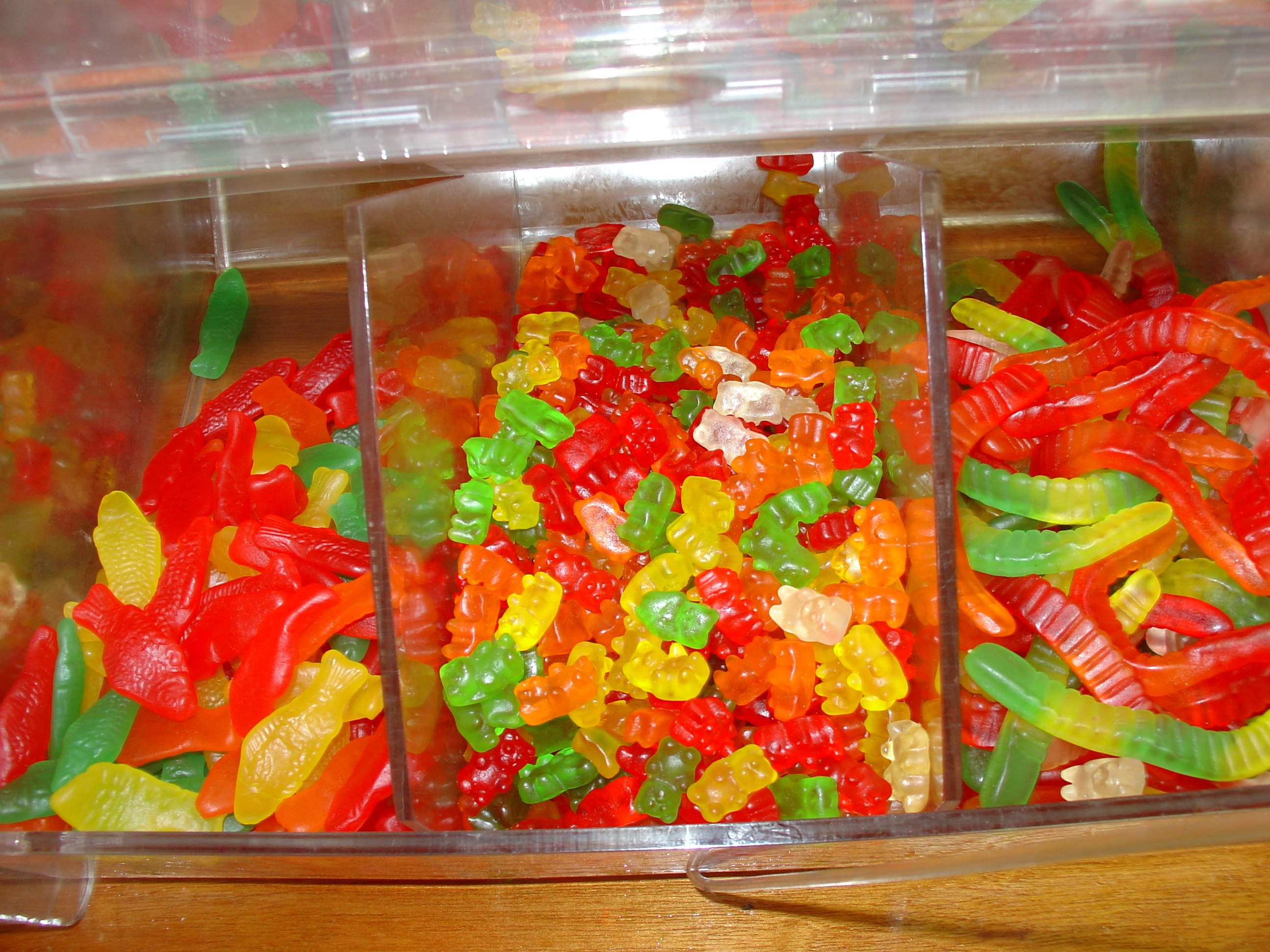 File swedish fish gummi bears and gummi for Gummy fish candy