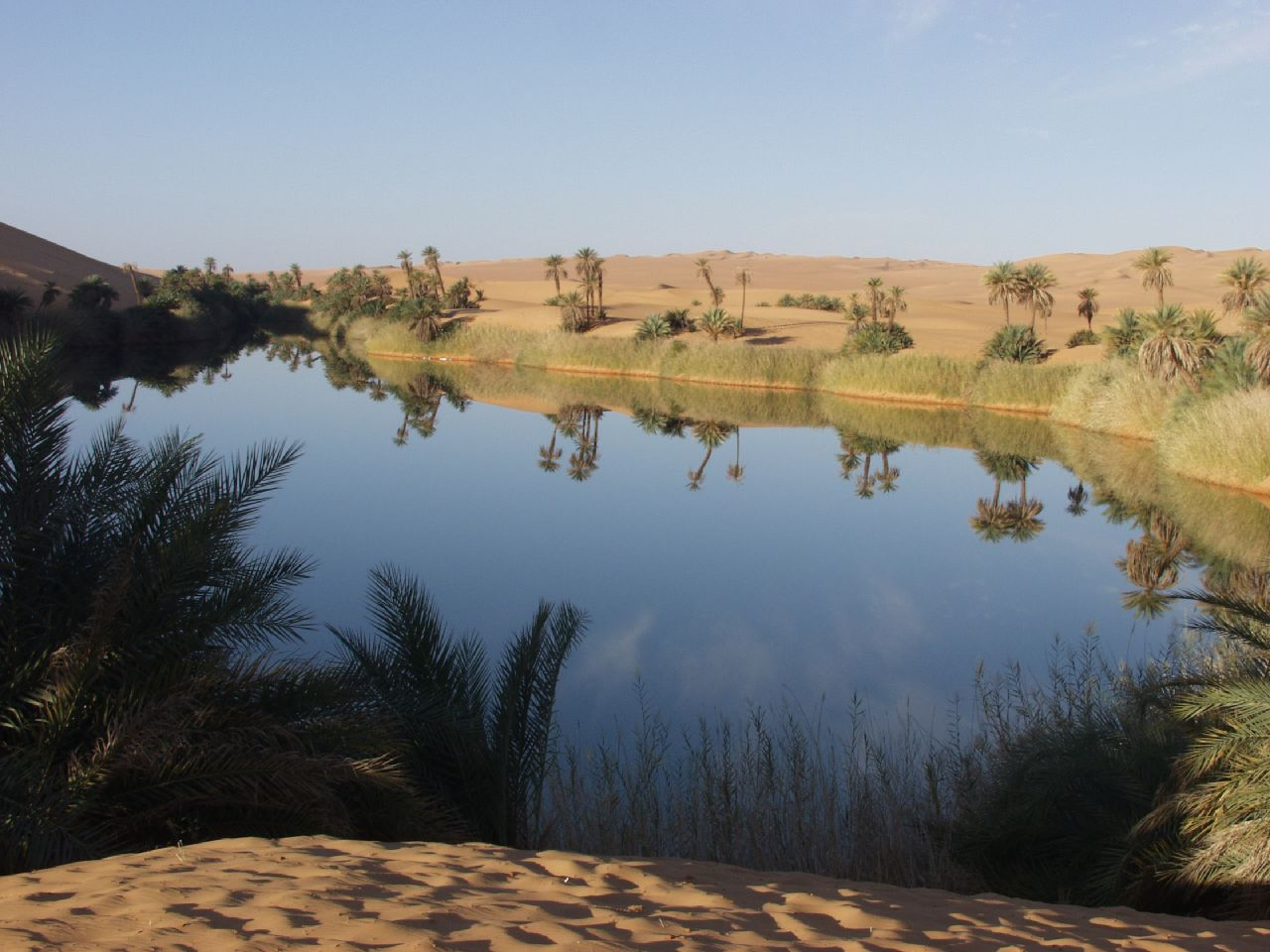 Oase in Libyen … <small>Quelle: https://secure.wikimedia.org/wikipedia/commons/wiki/File:The_Mandara_Lakes.jpg</small>
