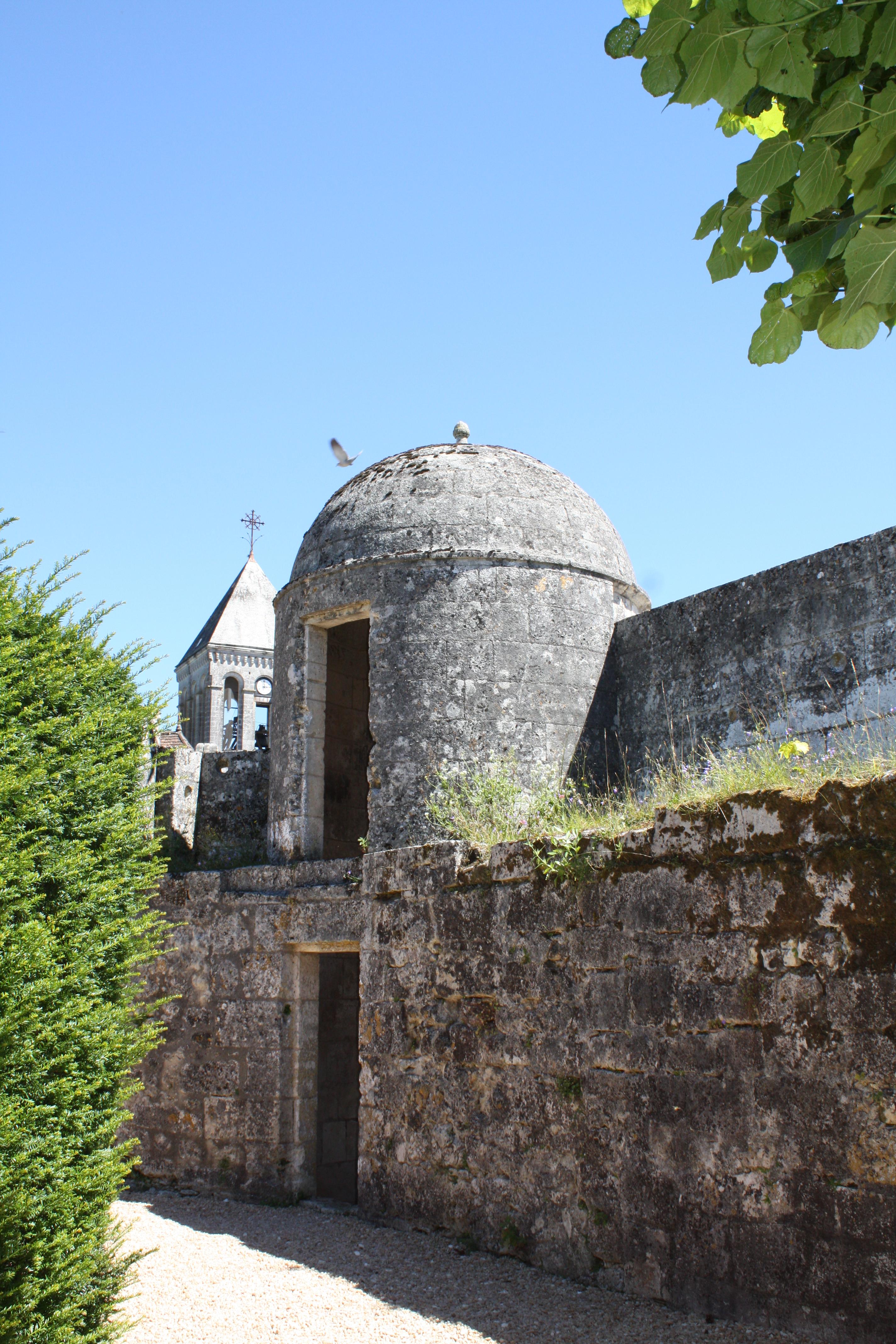 File Tourelle dans le mur au fond du jardin Ch¢teau de Bourdeilles