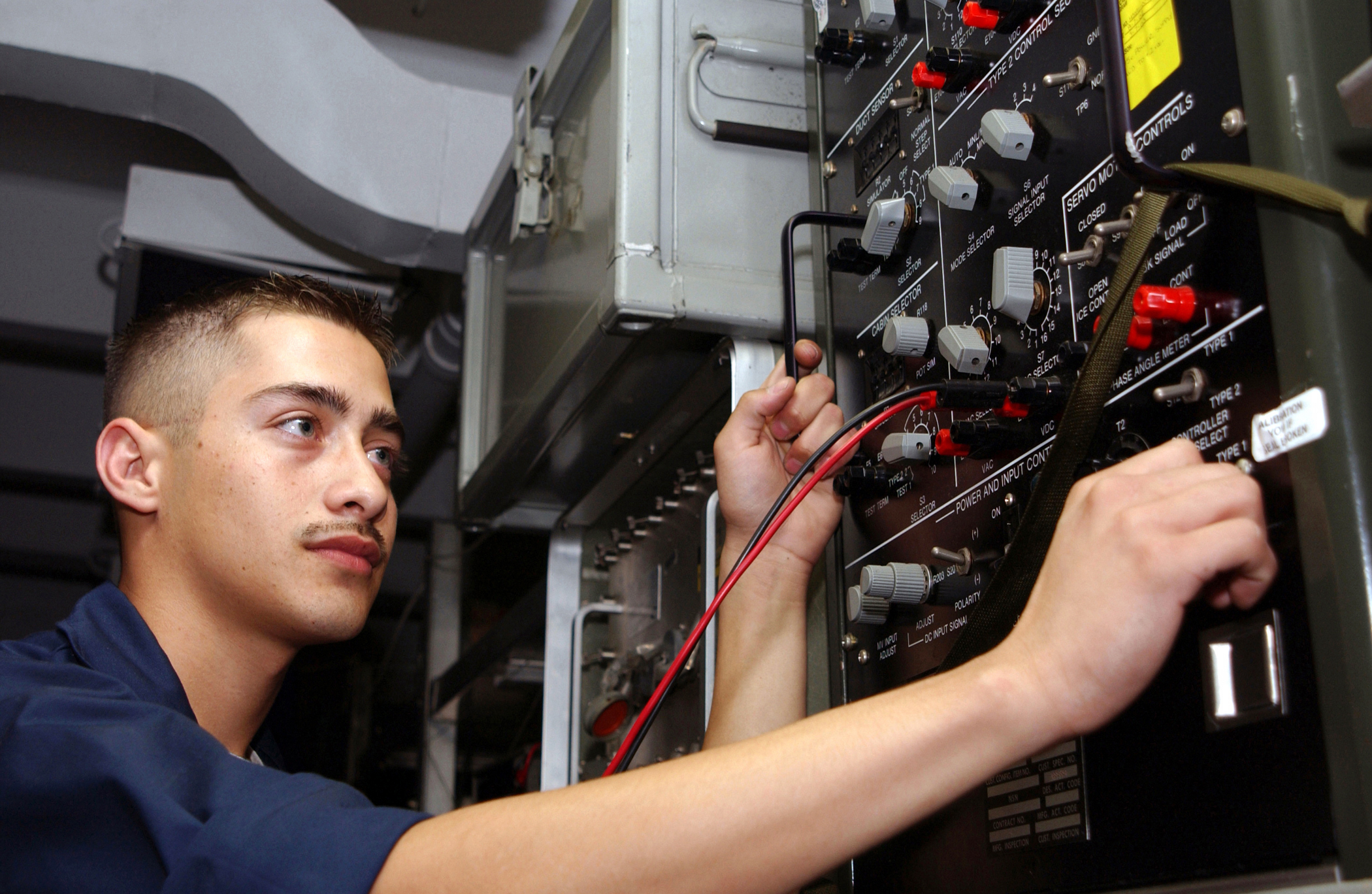 File:US Navy 020902-N-4953E-005 Aviation Electrician conducts a ...