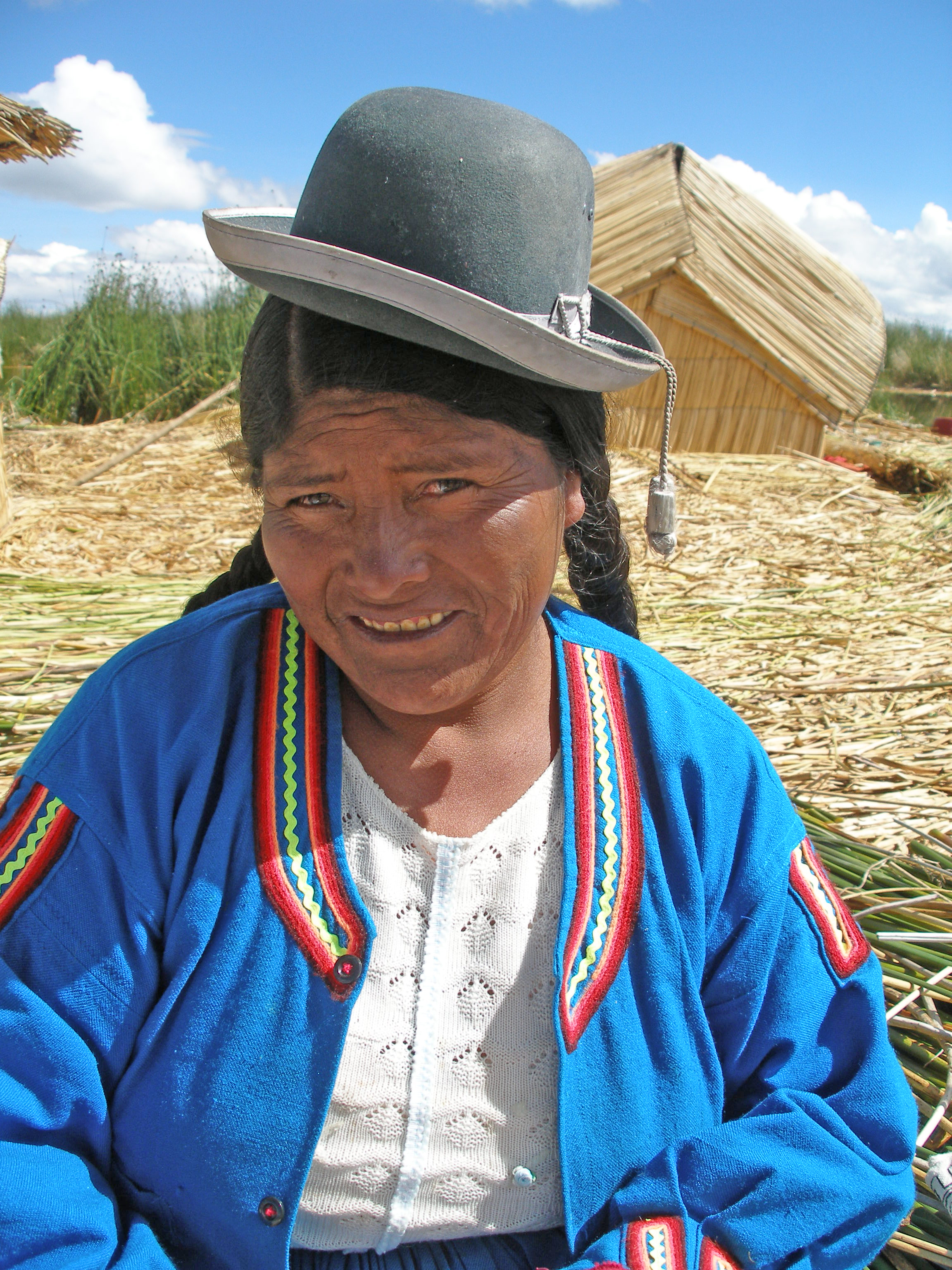 File Uros Islands Peru Woman Jpg Wikimedia Commons