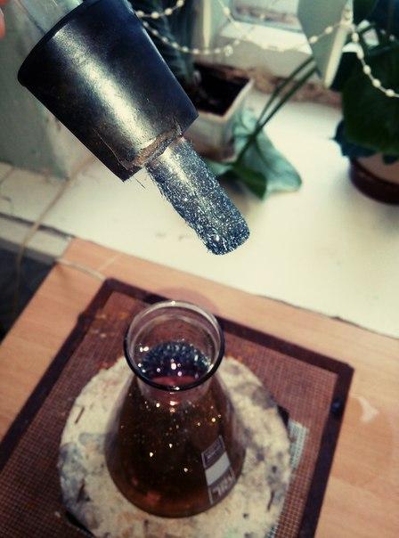 Joden deponeras återigen på det avkylda provröret inne i E-kolven med jodångor.