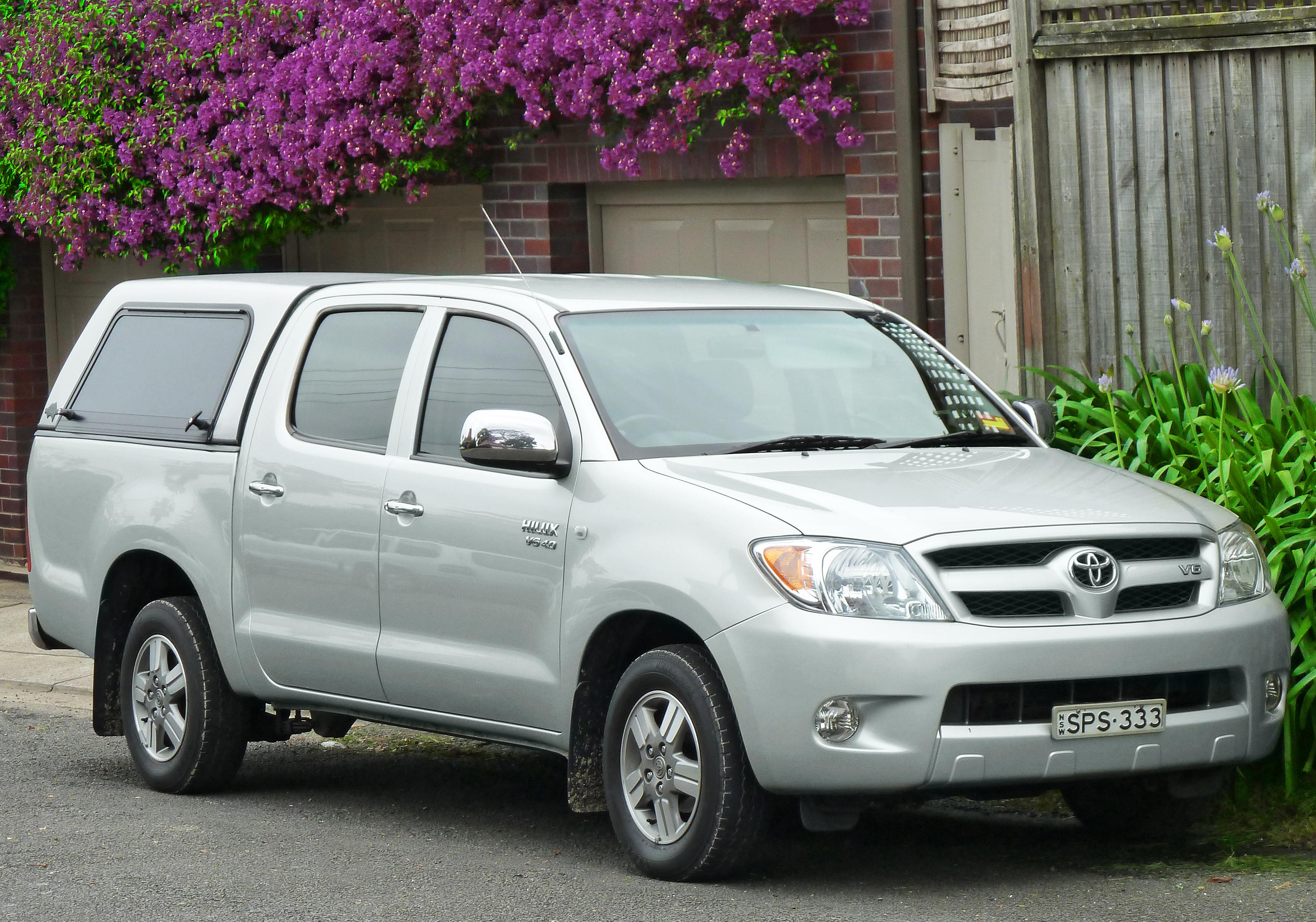 Description 2005-2008 Toyota Hilux (GGN15R) SR5 4-door utility (2011