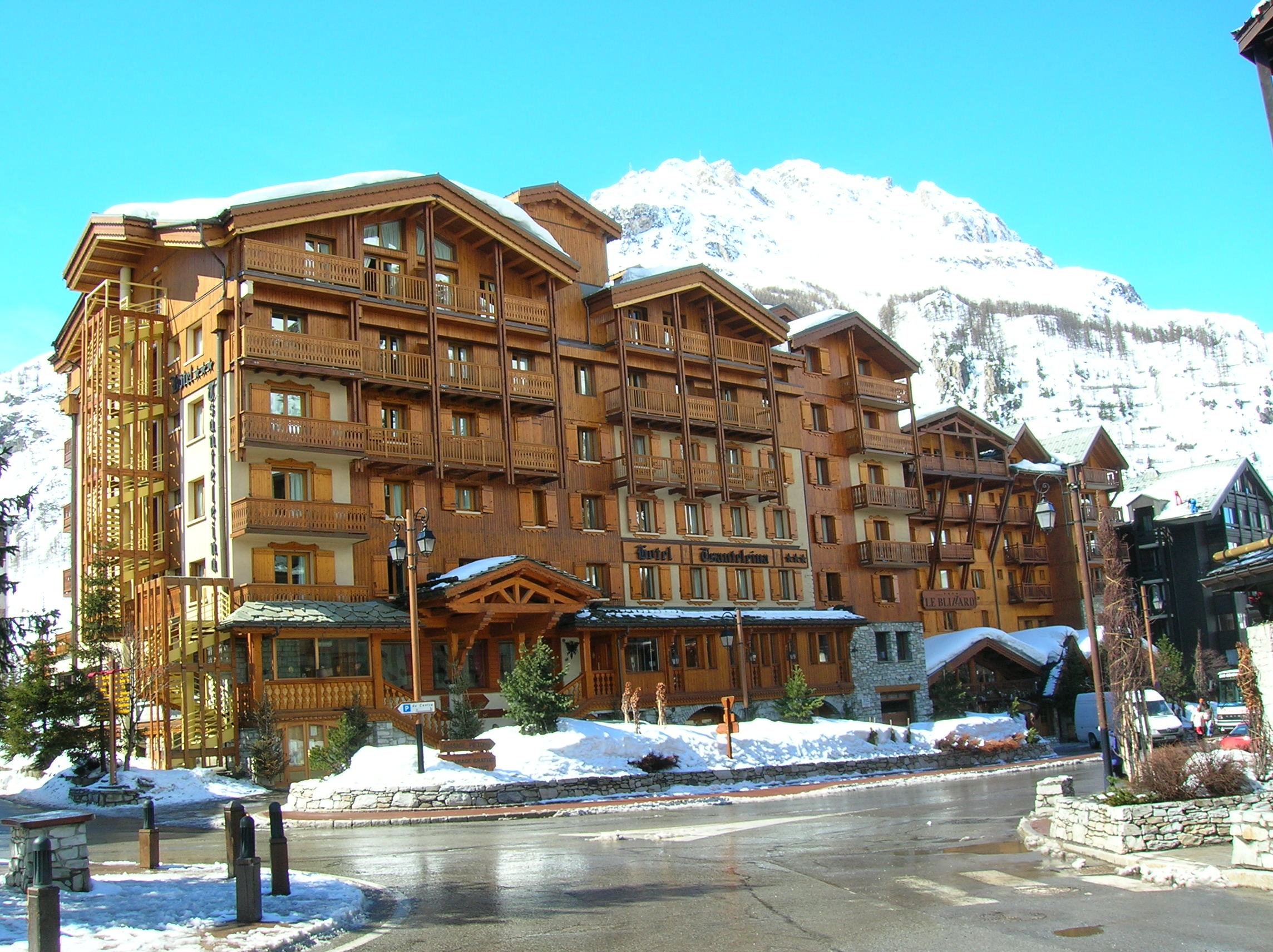 File 200603 val d 39 is re h tel jpg wikimedia commons for Hotels val d isere