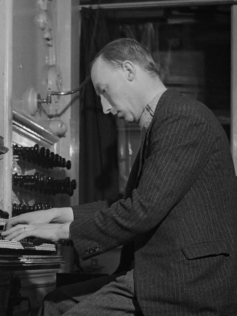 Albert de Klerk aan de klavieren van het orgel in de Grote of Sint-Bavokerk te Haarlem.